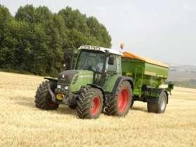 Ciągnikr rolniczy Fendt 312 Vario z 2011 podczas pracy z przyczepą rolniczą