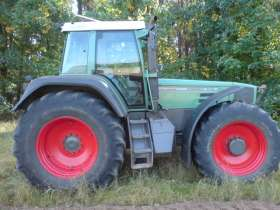 Używany ciągnik rolniczy Fendt 926 Vario widok na prawy bok na tle zarośli