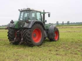 Używany niemiecki ciągnik rolniczy Fendt seria 926 Favorit stojący na łące