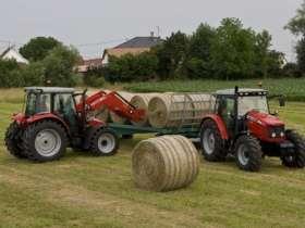 Ciągnik rolniczy Massey Ferguson 5455 112 KM w pracy na polu baloty siana korbanek
