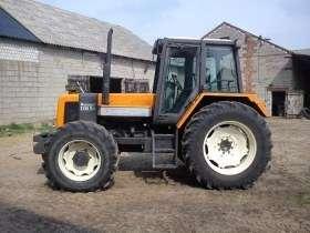 Pomarańczowy zadbany używany ciągnik marki Renault 110.54