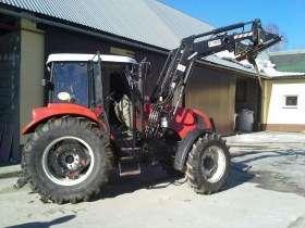 Ciągnik rolniczy Farmtrac wyposażony w ładowacz czołowy