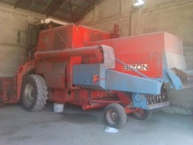 do sprzedania używany kombajn zbożowy BIZON ZO56 1980 r czerwony z kabiną i rozdrabniaczem słomy