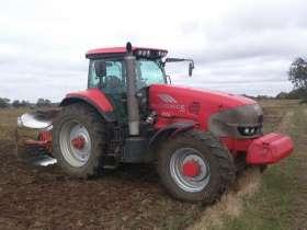 Używany ciągnik rolniczy McCormick ZTX260 podczas pracy w polu przy orce