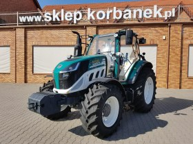 Ciągnik 5100 global na tle firmy Korbanek w Tarnowie Podgórnym
