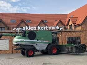 Kombajn zbożowy rotorowy FENDT 9460 R na tle sklepu korbanek.pl widok z prawej strony