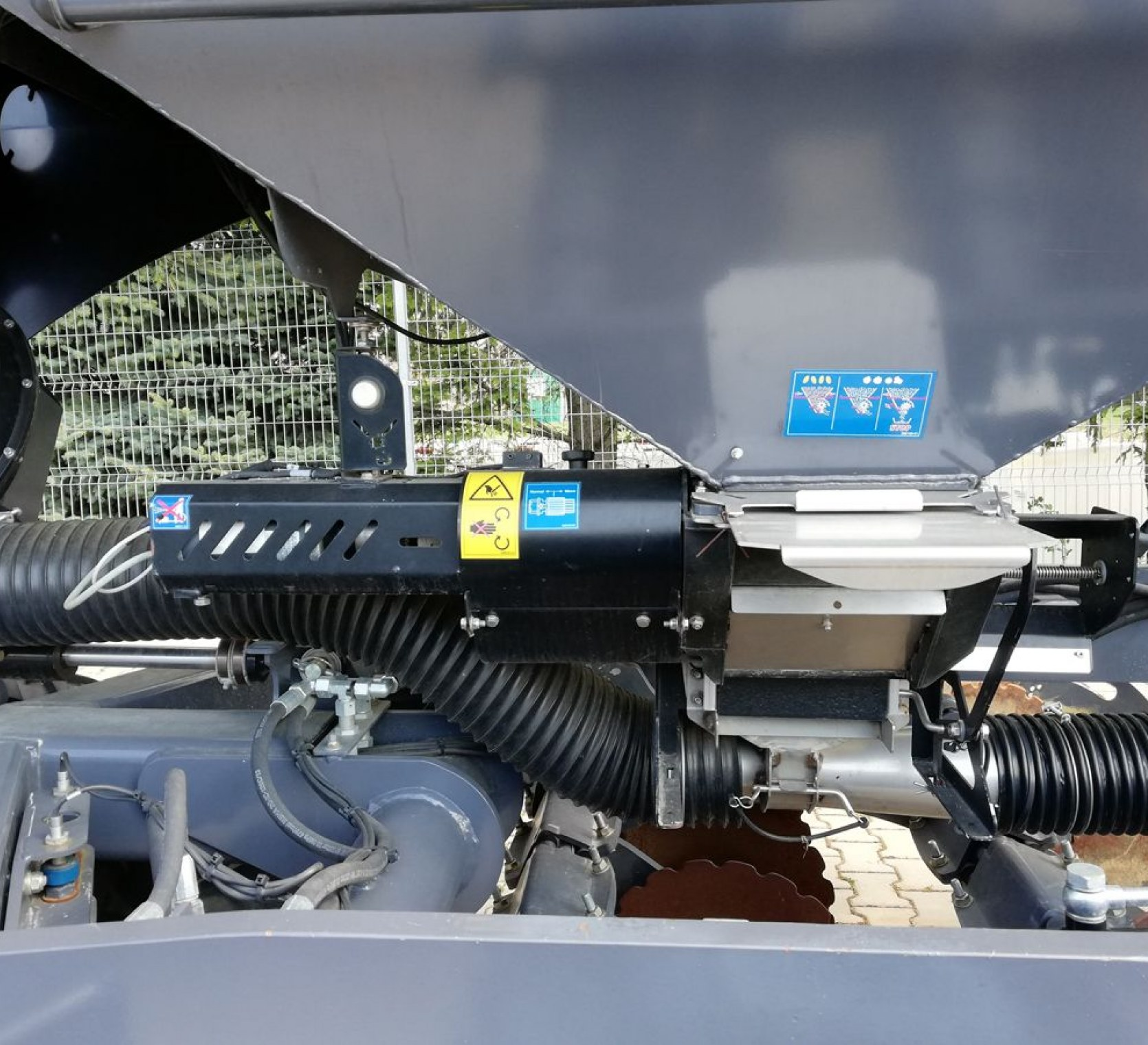 Dozownik napędzany elektrycznie siewnika Sky Maxidrill 3m