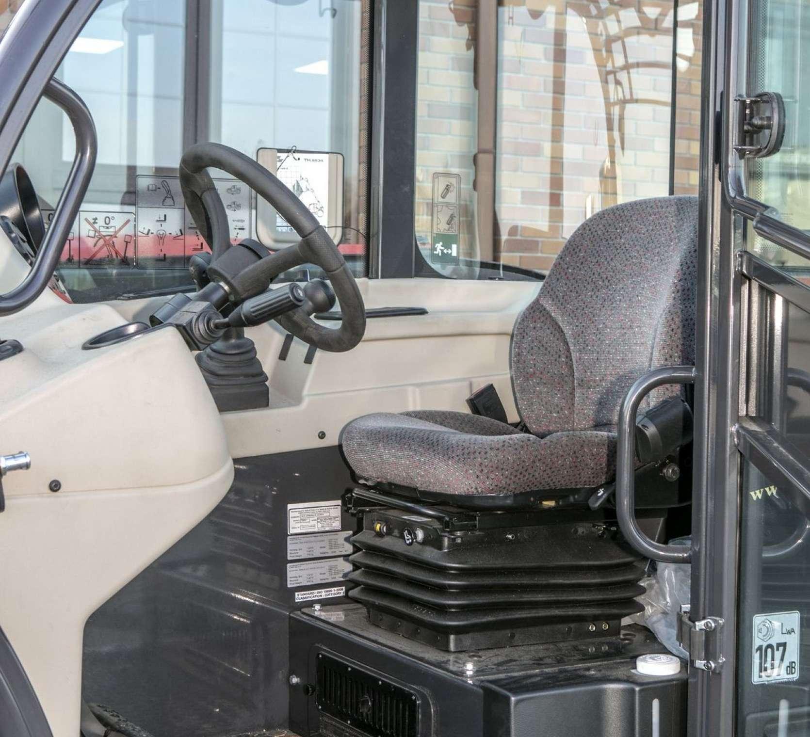 Pneumatyczny fotel operatora regulowana kolumna kierownicy w kabinie ładowarki Massey Ferguson model TH 6534 okazji z korbanek.pl