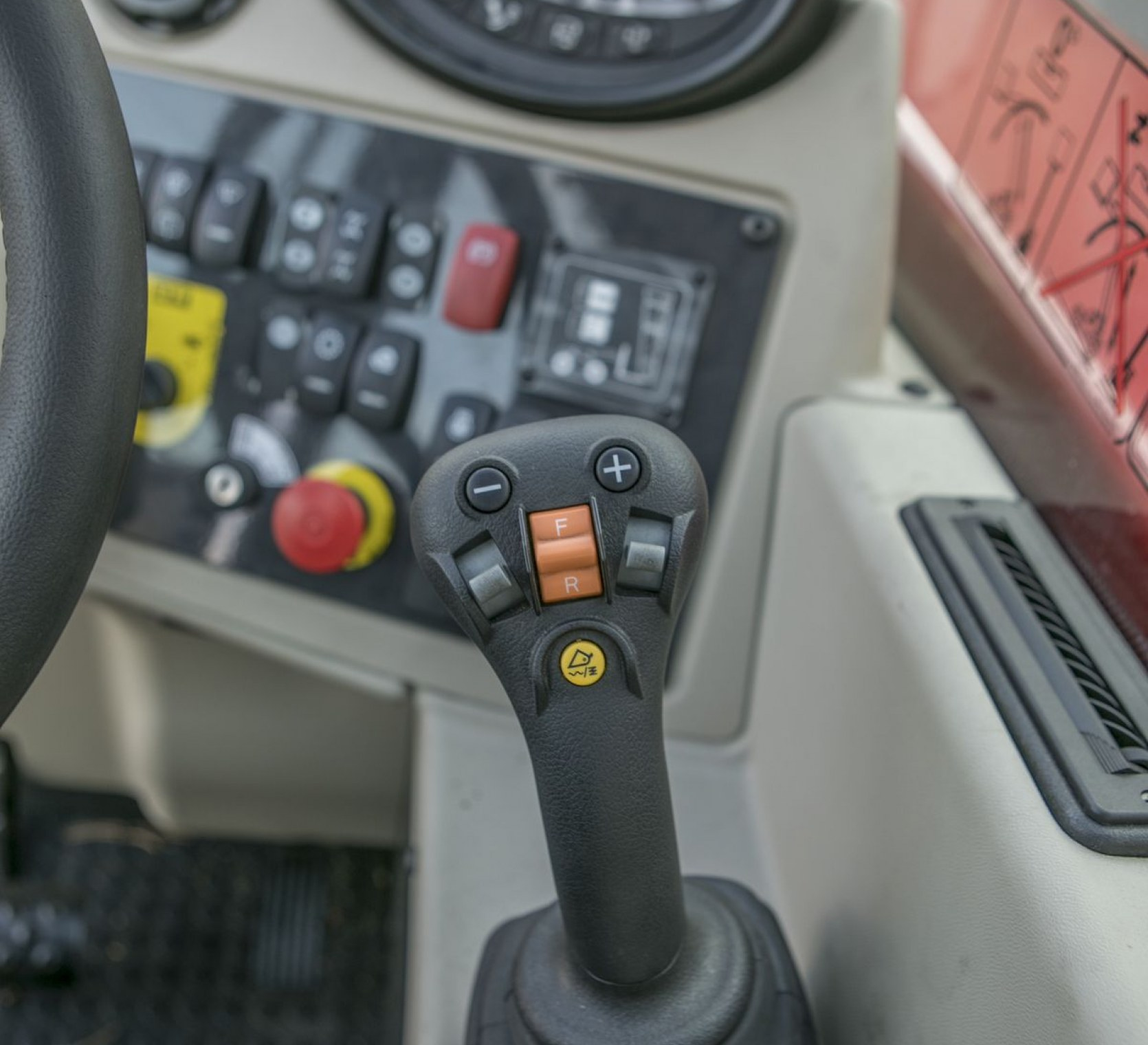 Dźwignia sterowania w kabinie ładowarki MF TH 6534