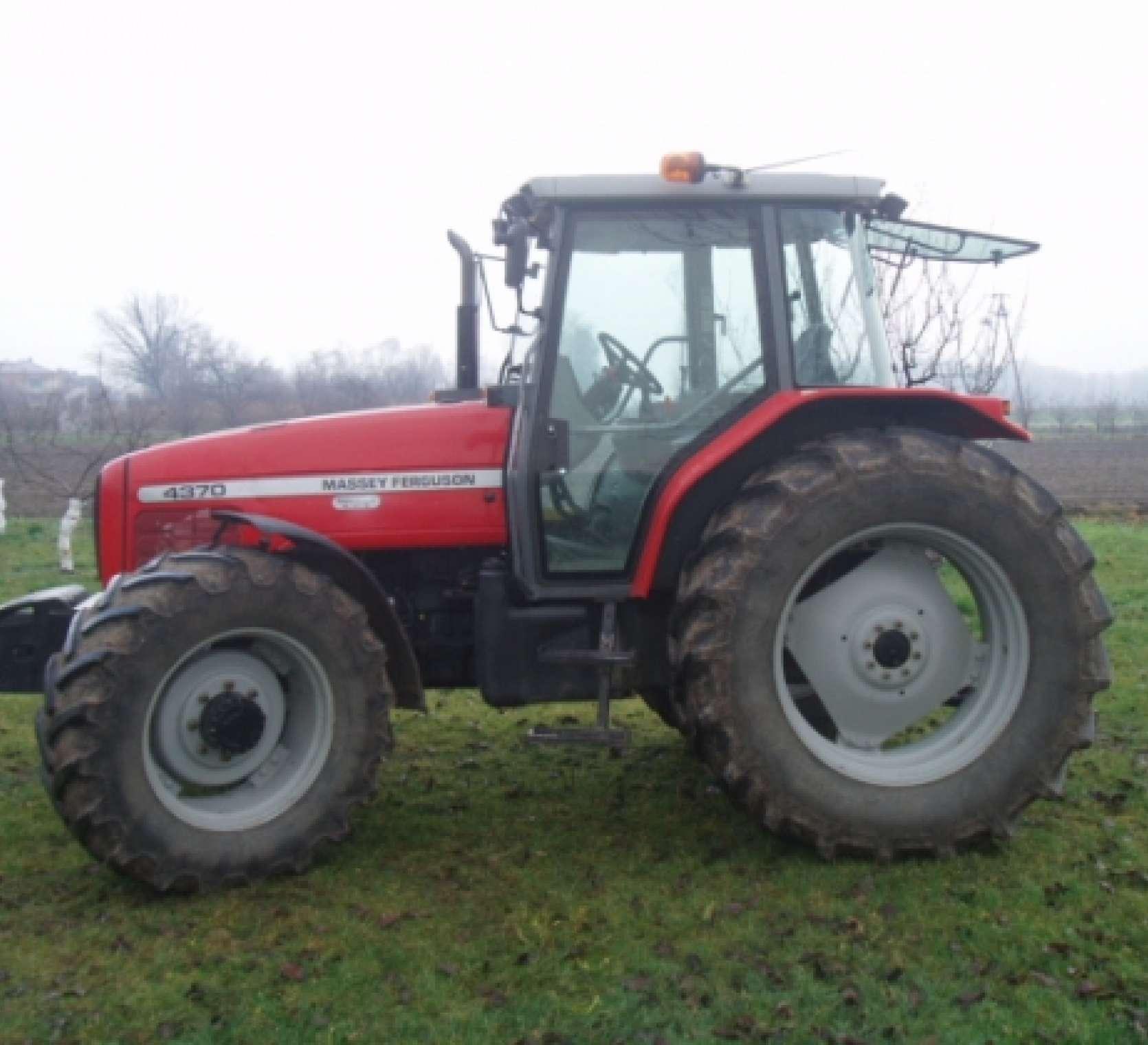używany ciągnik rolniczy Massey Ferguson 4370 rok produkcji 2001 lewy bok