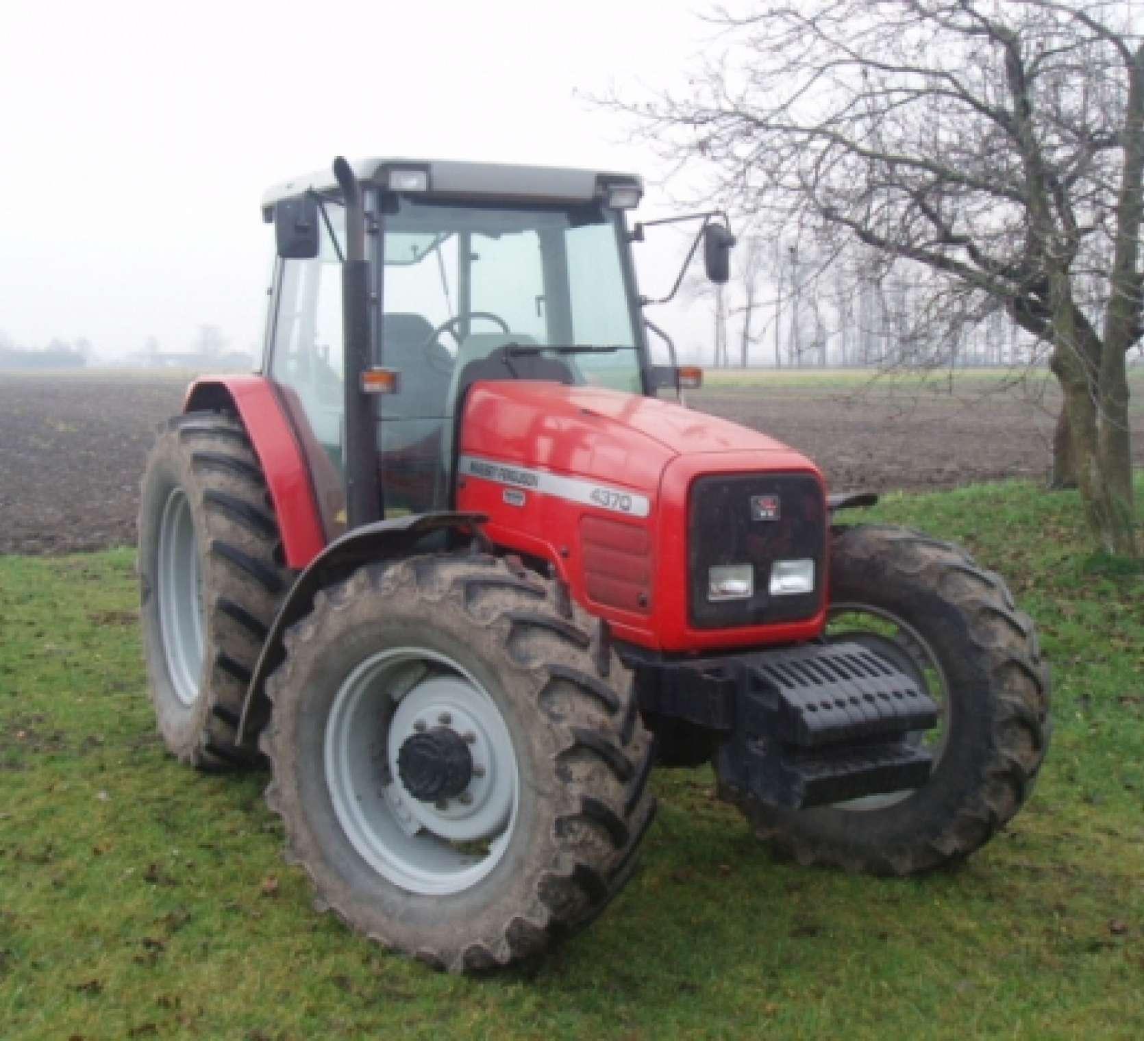 używany ciągnik rolniczy Massey Ferguson 4370 rok produkcji 2001 przód ciągnika