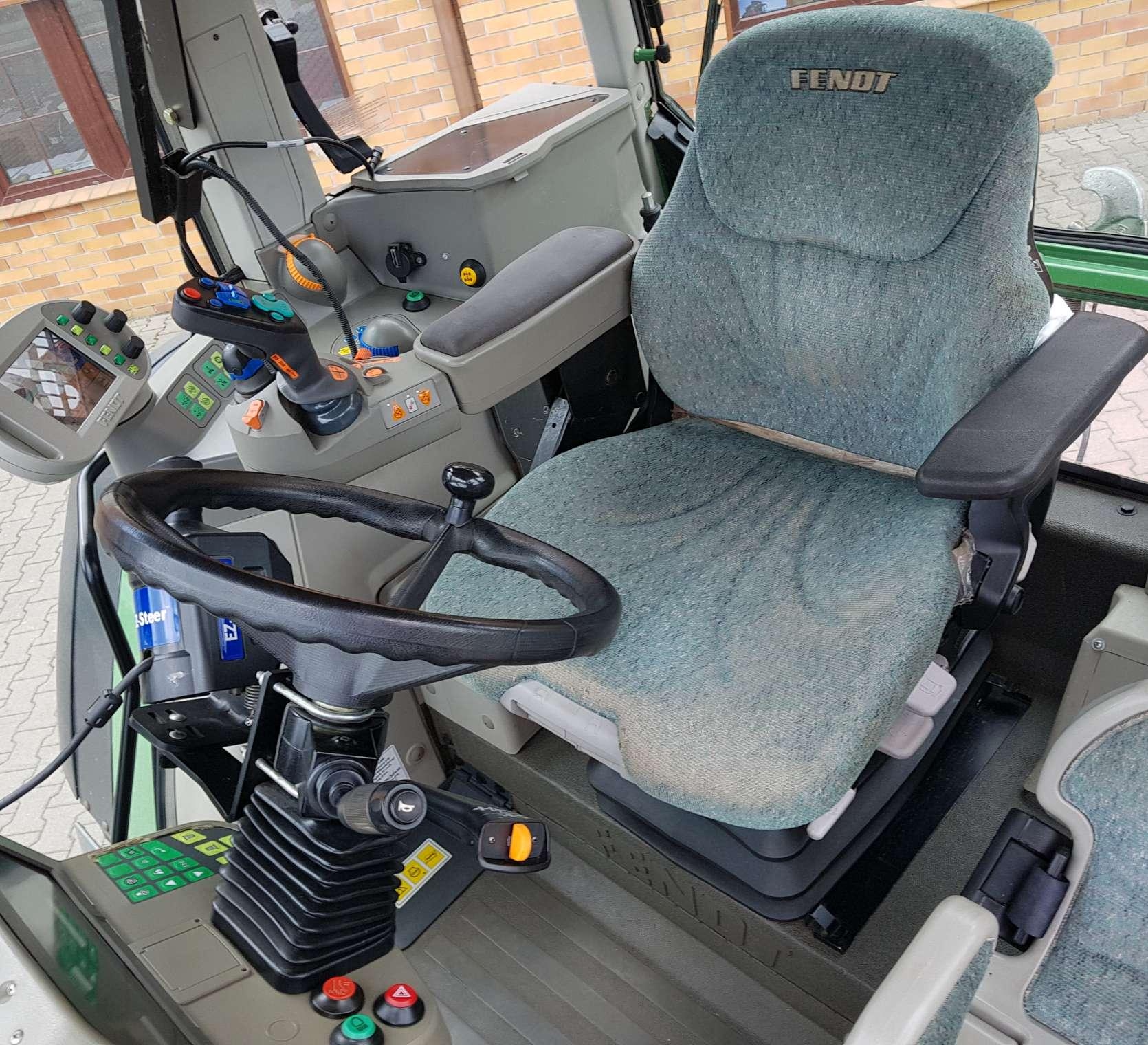 Widok wnetrza kabiny w ciągniku FENDT 312 Vario, fotel komfortowy od korbanek.pl
