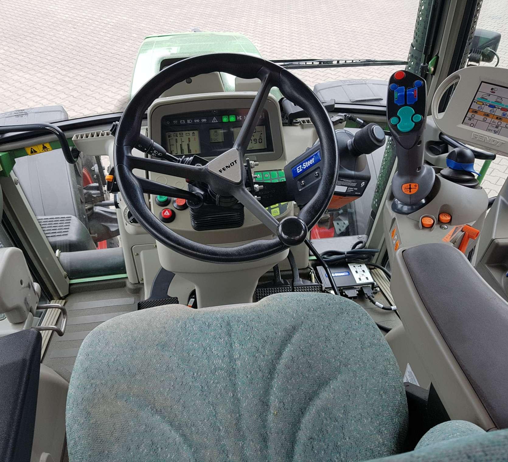 Wnętrze kabiny w ciągniku FENDT 716 Vario, kierwonica, fotel, joystick wielofunkcyjny