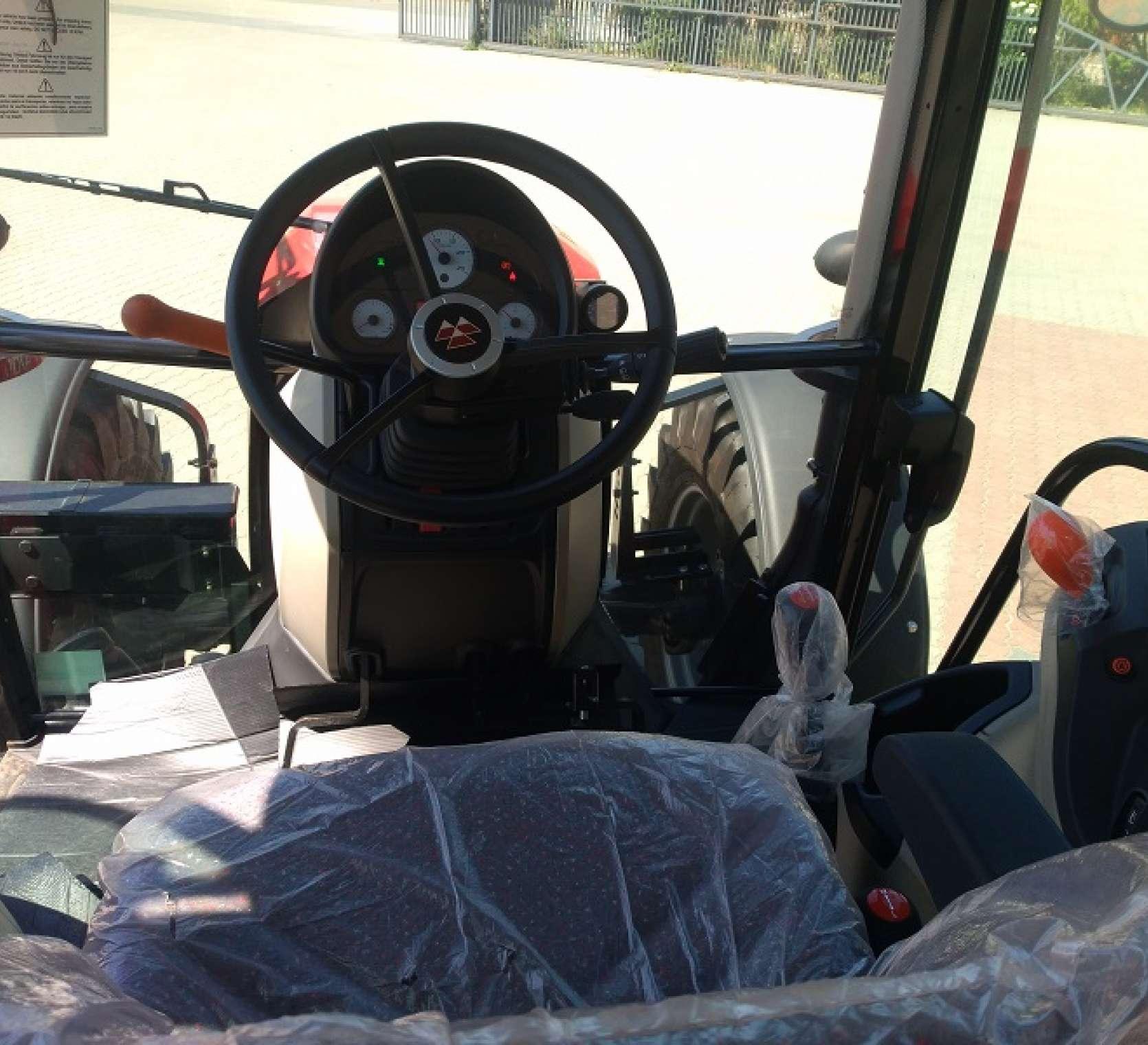 Ujęcie na kolumnę kierowniczą z perspektywy siedziska operatora w kabinie Massey Ferguson 4709 Tier 4 F z oferty korbanek.pl