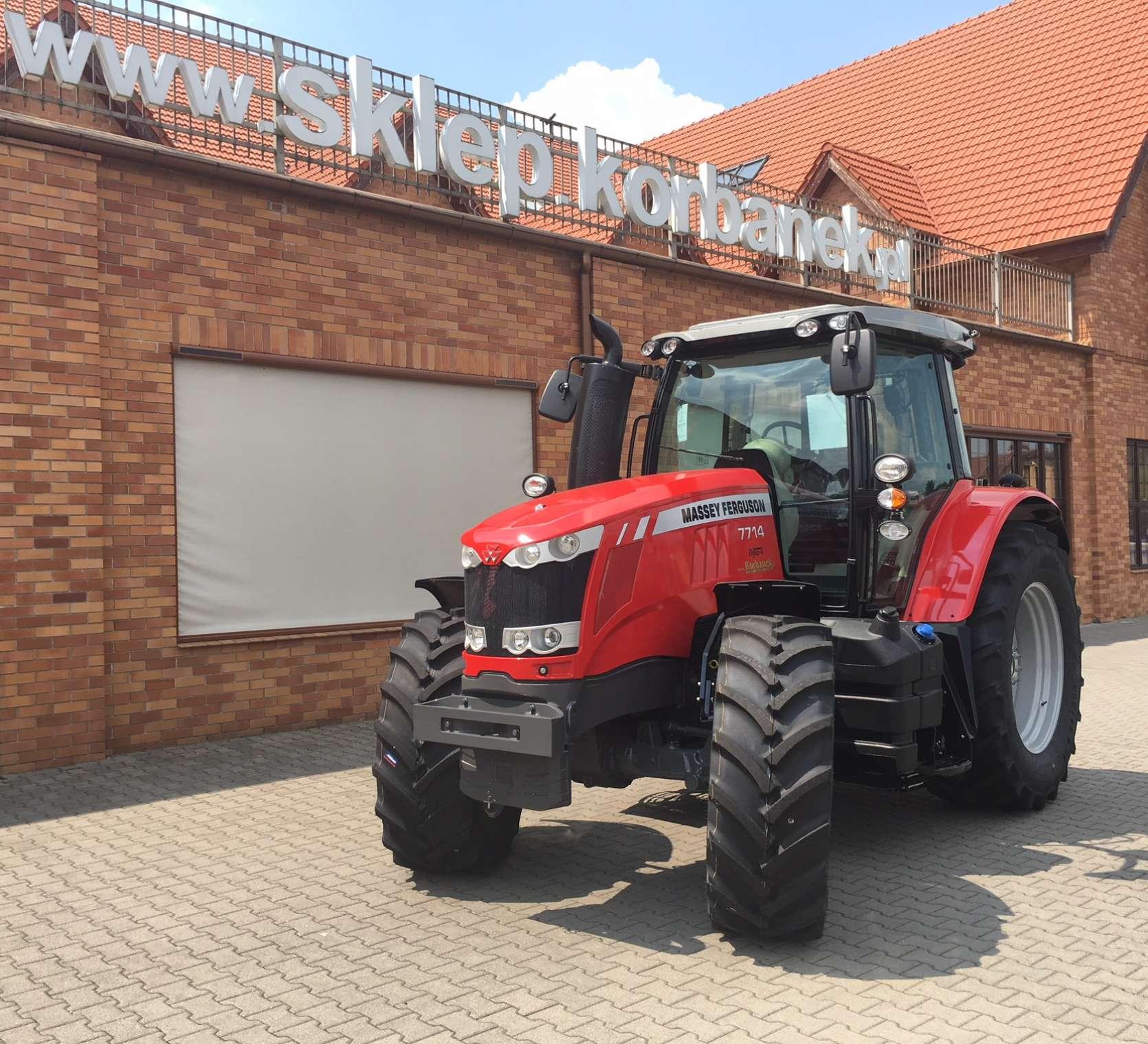 Nowy traktor Massey Ferguson 7714 z silnikiem AGCO Power sześcio cylindrowym przed sklepem firmy korbanek