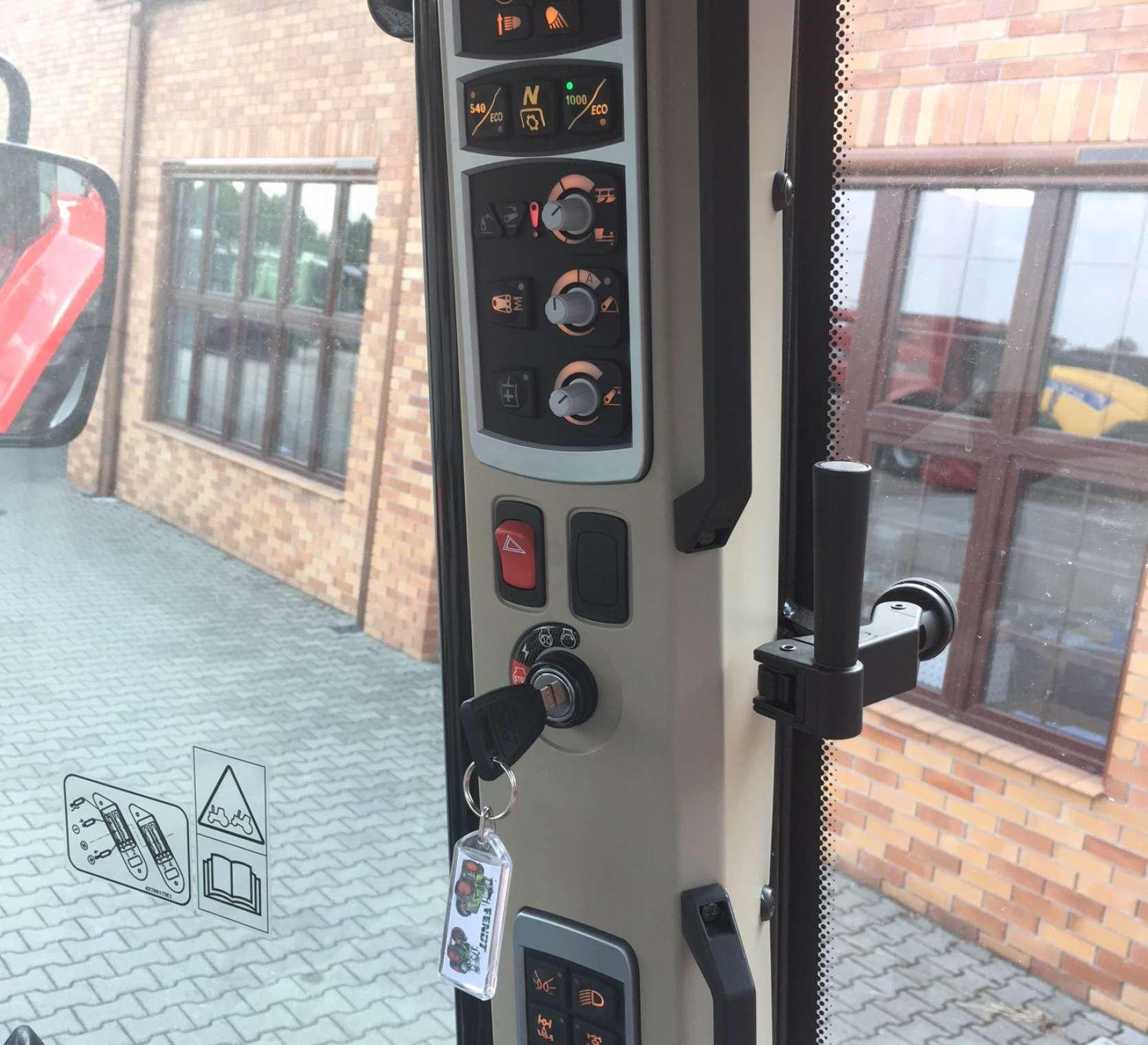 Nowoczesny panel sterowania na bocznym słupku w kabinie MF 5613 z oferty ze strony korbanek.pl