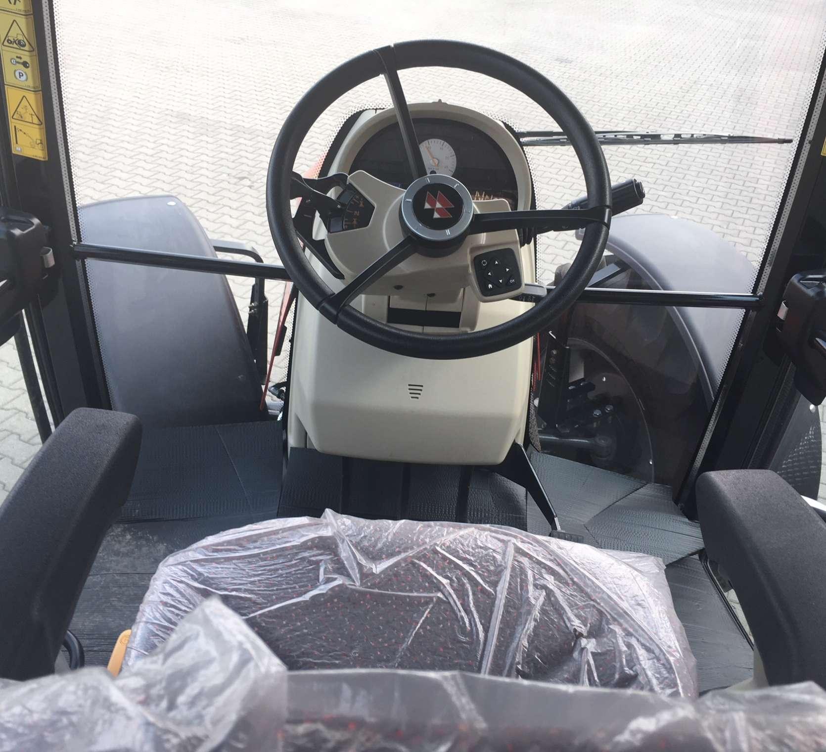 Regulowana kolumna kierownicy fotel operatora we wnętrzu kabiny traktora MF model 5613
