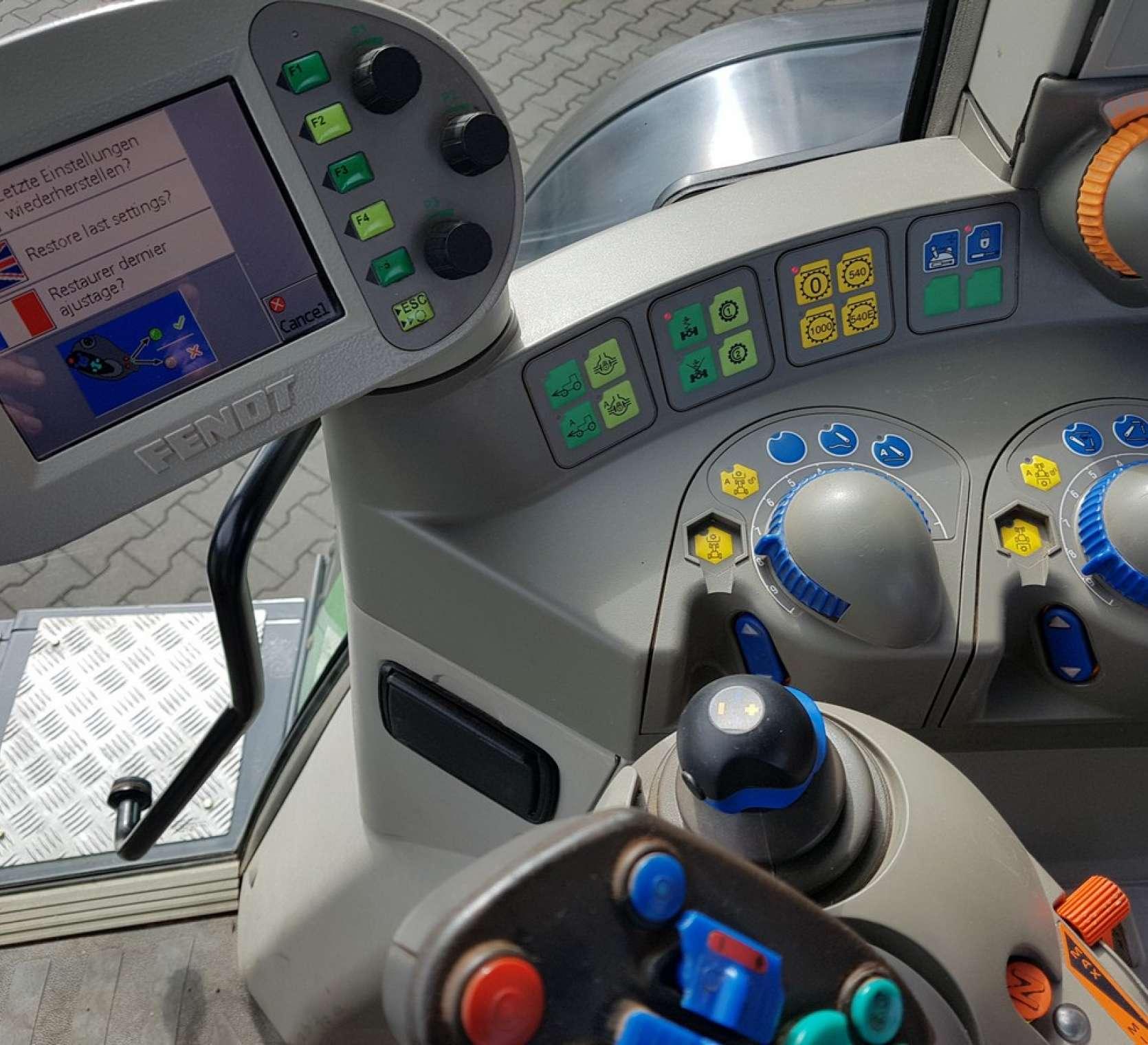 Komputer pokładowy w ciągniku Fendt 716 Vario widok z wnętrza kabiny