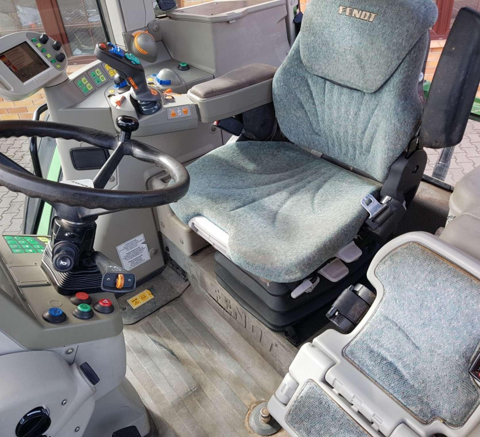 Wnętrze kabiny w ciagniku Fendt 716 vario widok na fotel kierowcy