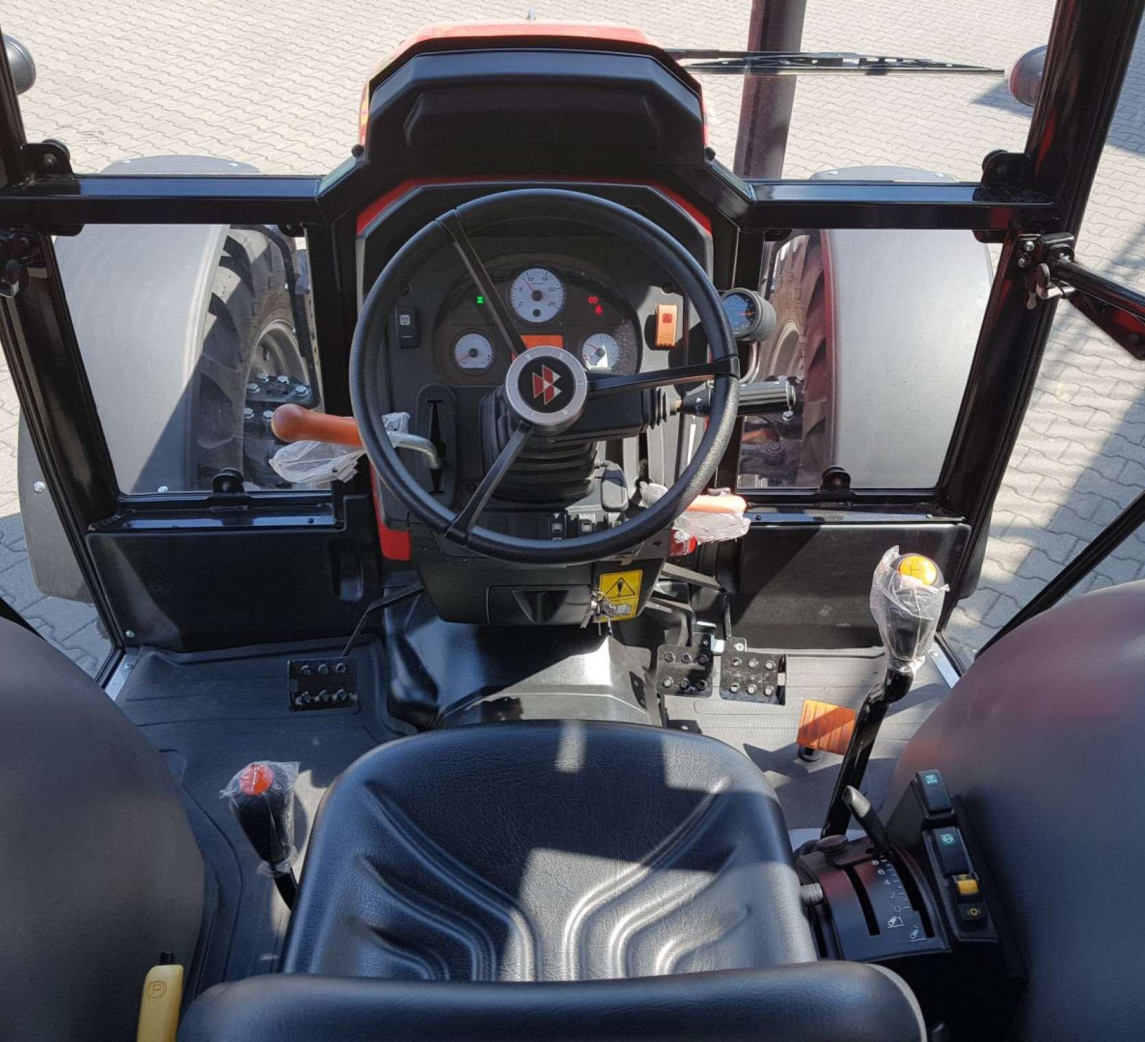 Komfortowa i nowoczesna kabina w ciągniku Massey Ferguson 4708 z ogrzewaniem i klimatyzacją okazja korbanek.pl
