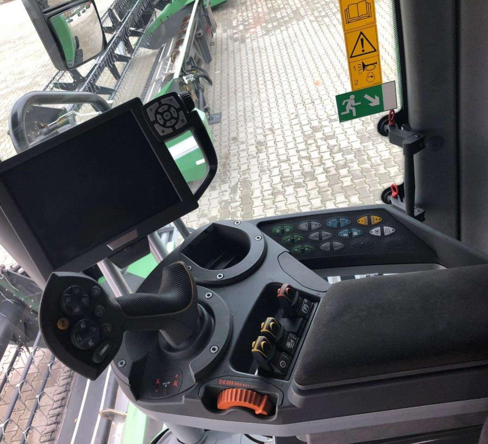 Wnętrze komfortowej kabiny kombajnu zbożowego 6335 C widok z góry na panel strerujący