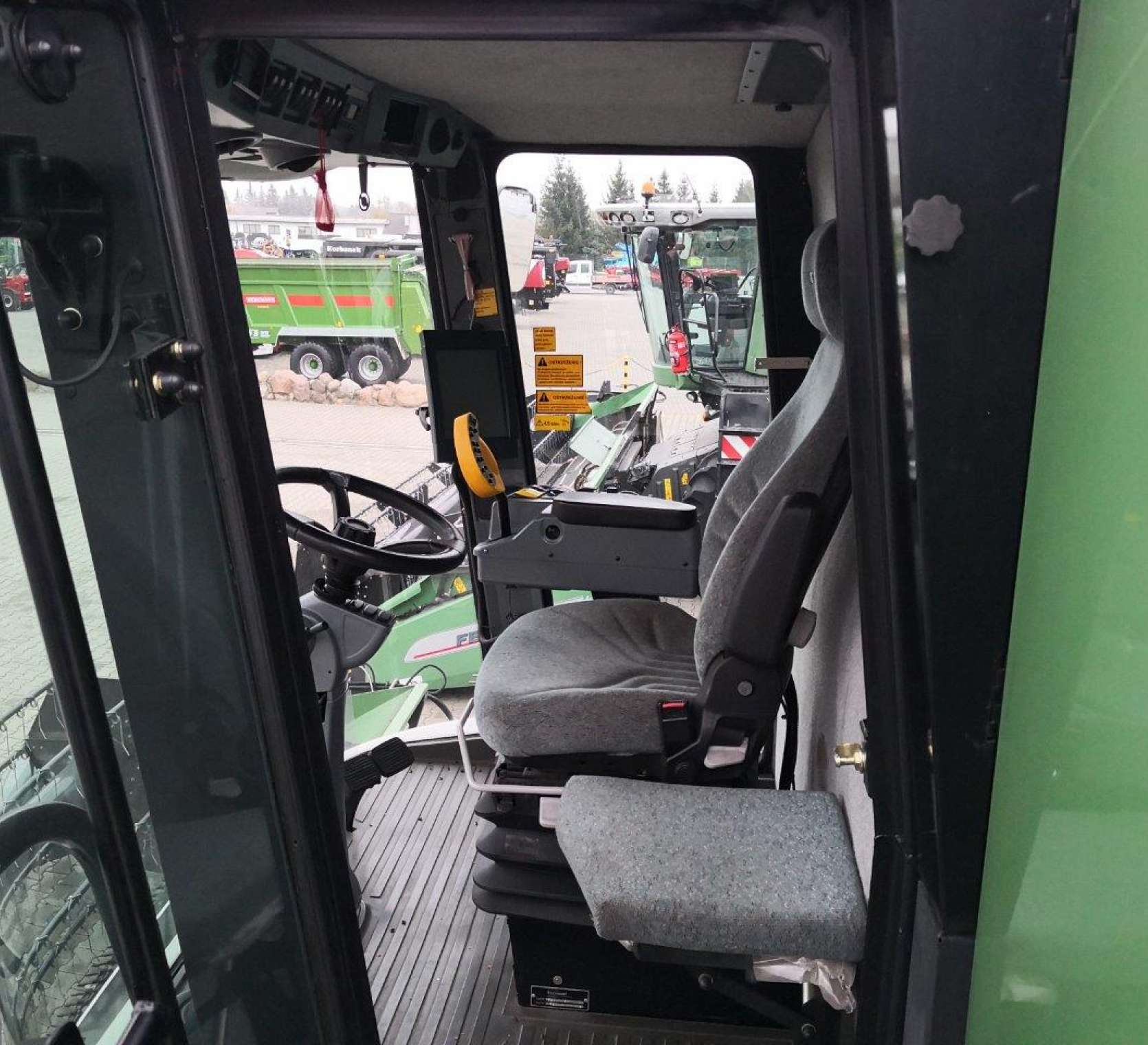 Kabina w używanym kombajnie Fendt 8370 P widok na siedzenie operatora oraz pasażera