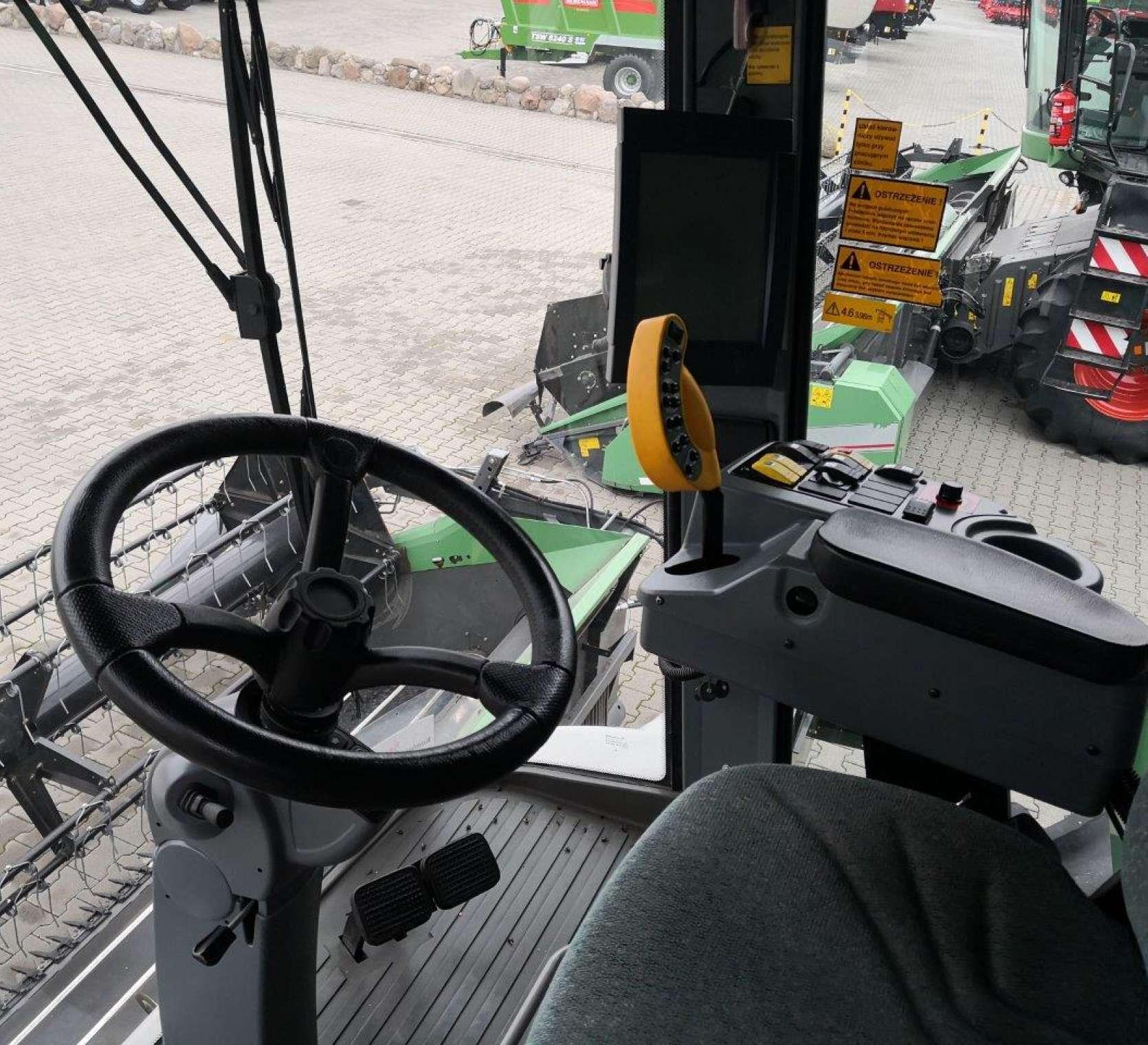 Wnętrze komfortowej kabiny używanego kombajnu Fendt 8370 P widok na stanowisko operatora