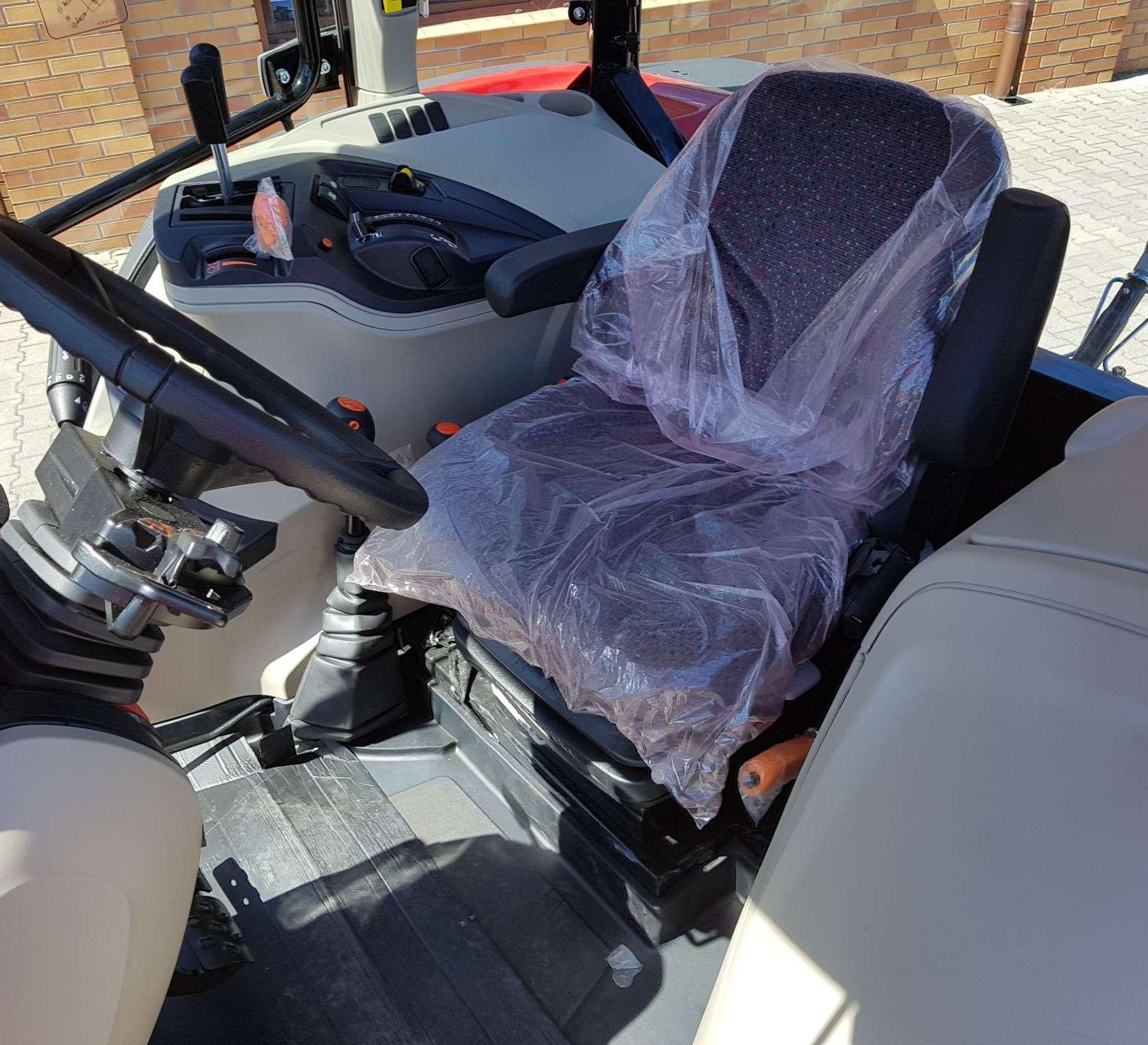 komfortowa kabina i regulowany fotel operatora w nowym traktorze od firmy korbanek MF 5710