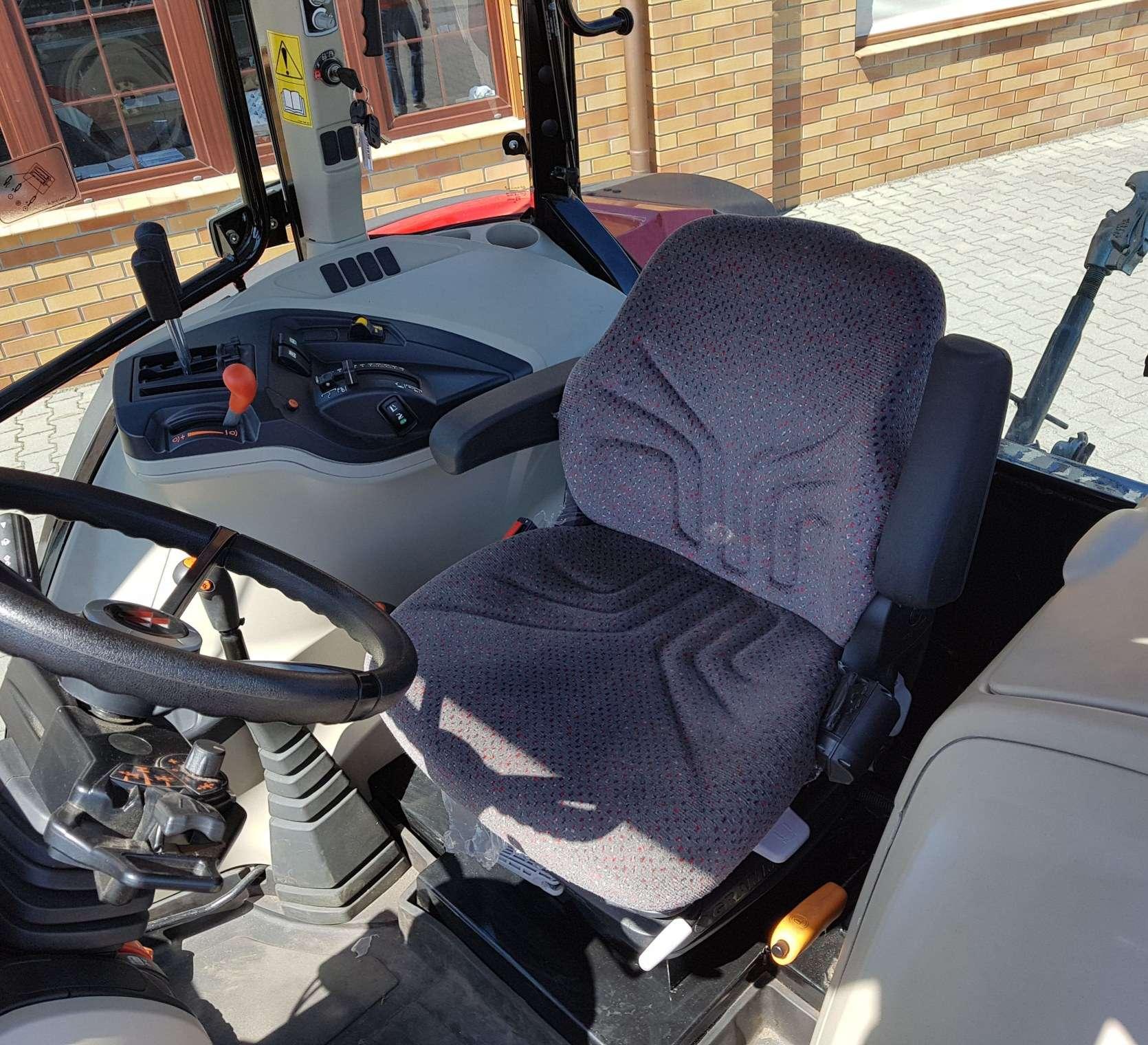 Siedzisko operatora kolumna kierownicza w komfortowo zaprojektowanej kabinie Massey Ferguson 4709 Tier 4F