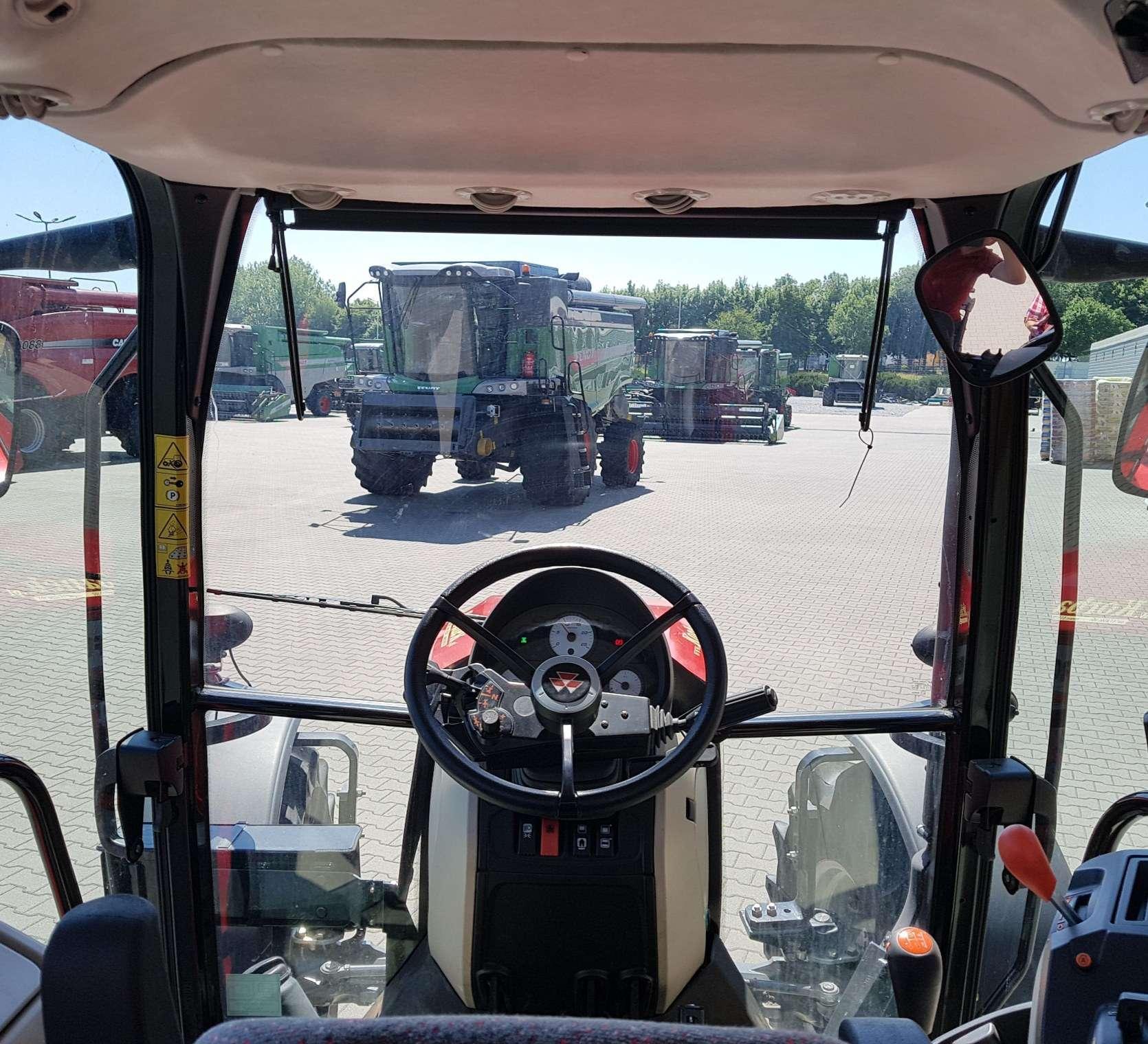 doskonała widoczność z miejsca operatora w kabinie ciągnika Massey Ferguson 4709 Tier 4F