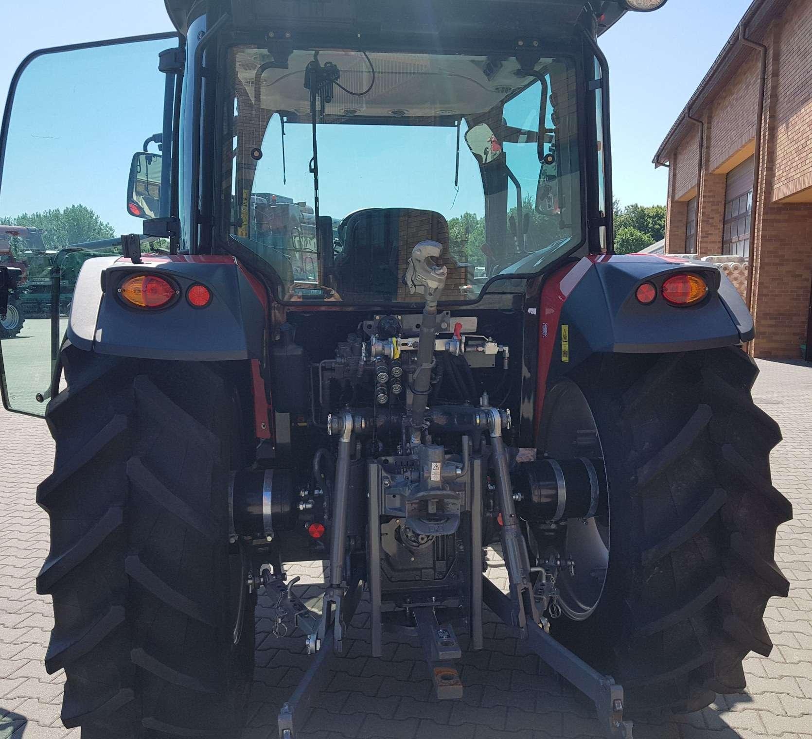 Podnośnik oświetlenie tylne kabina od tyłu tylne koła w traktorze Massey Ferguson 4709 Tier 4F
