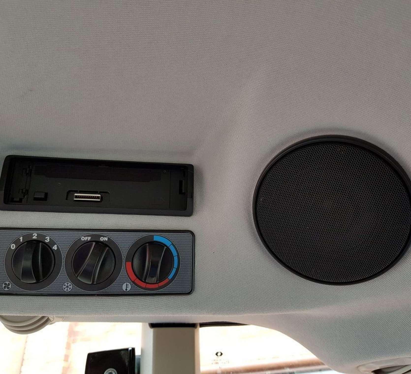 Elementy ciągnika MF 5710 od korbanek.pl - radio MP3 pokrętła od klimatyzacji ogrzewania i wentylatora kabiny głośnik