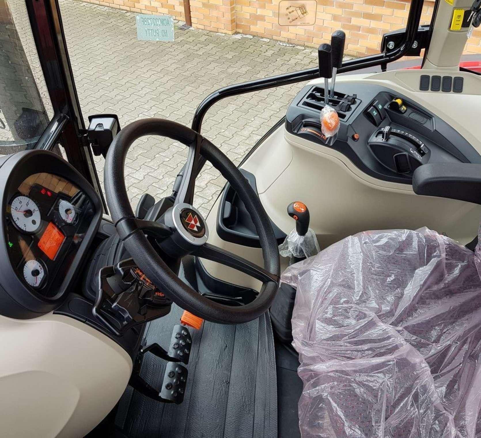 środek kabiny klimatyzowanej i ogrzewanej - fotel mechaniczny oraz kolumna kierownicza w traktorze Massey Ferguson 5710  nowym z oferty korbanek.pl