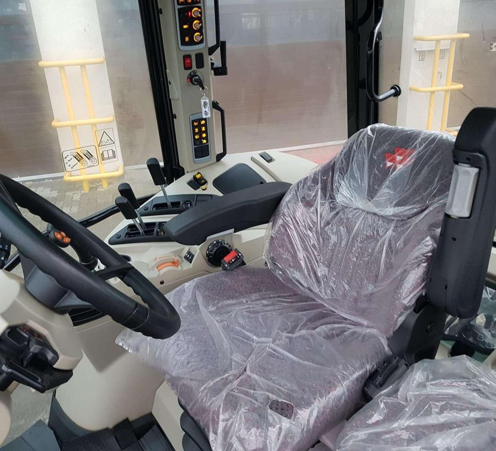 Pneumatyczny fotel operatora siodełko dla pasażera regulowana kolumna kierownicy w kabinie z ogrzewaniem i klimatyzacja w MF 5613 z oferty korbanek.pl
