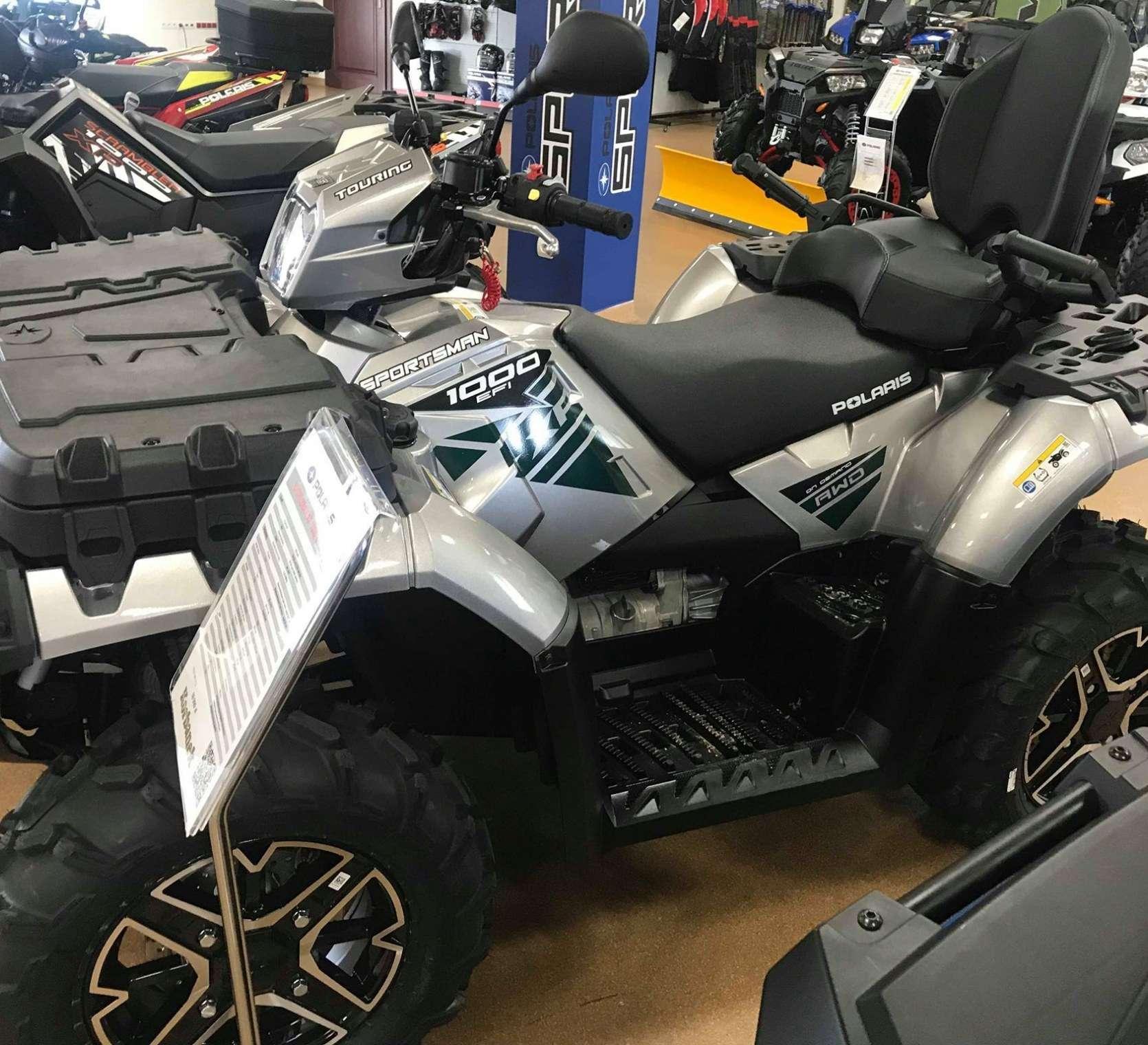 Srebrny ciągnik rolniczy Polaris Sportsman 1000 Touring na salonie quadów spółki Korbanek