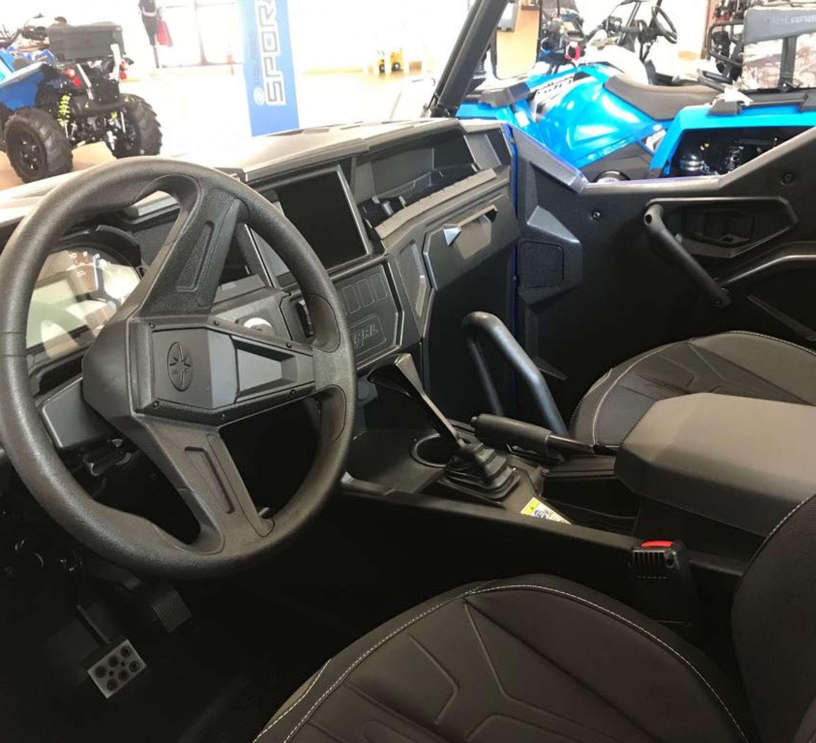 Wnętrze ciągnika rolniczego Polaris General 1000 XP widok na fotel kierowcy i pasażera oraz kierownicę