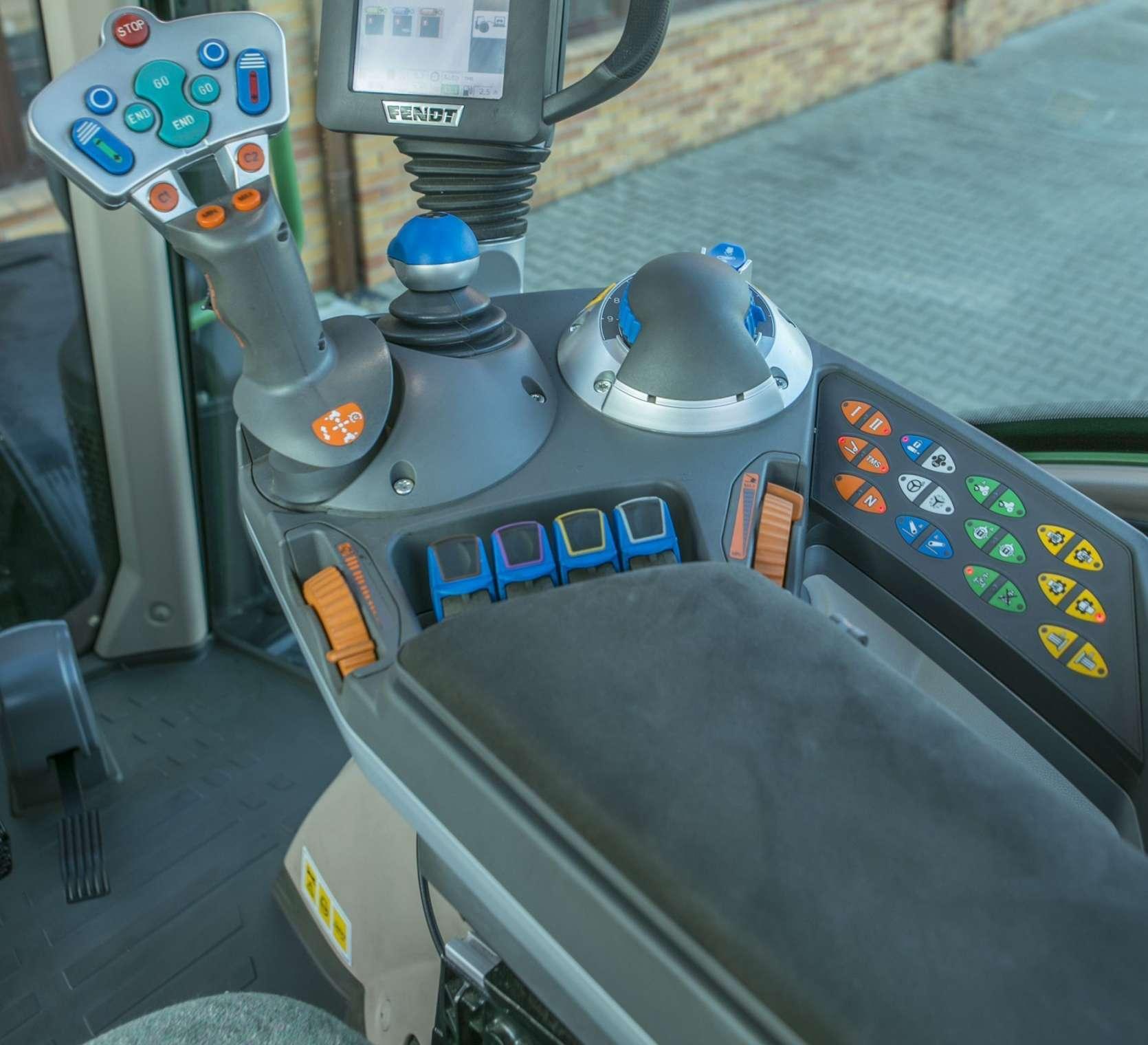 Podłokietnik z panelem sterującym w kabinie ciągnika Fendt 514 SCR