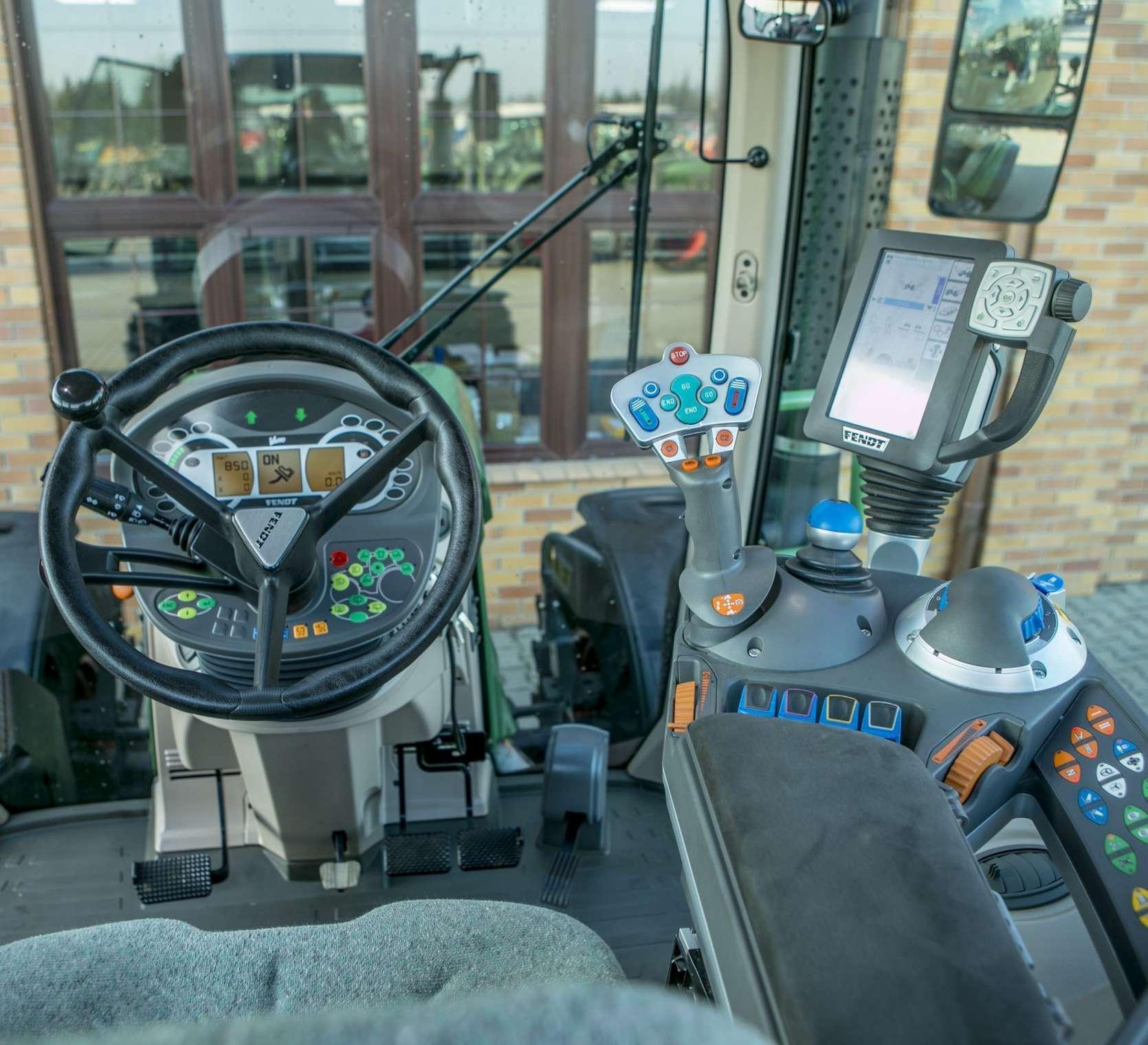 Kierownica  i podłokietnik z panelem sterującym w kabinie ciagnika fendt 514