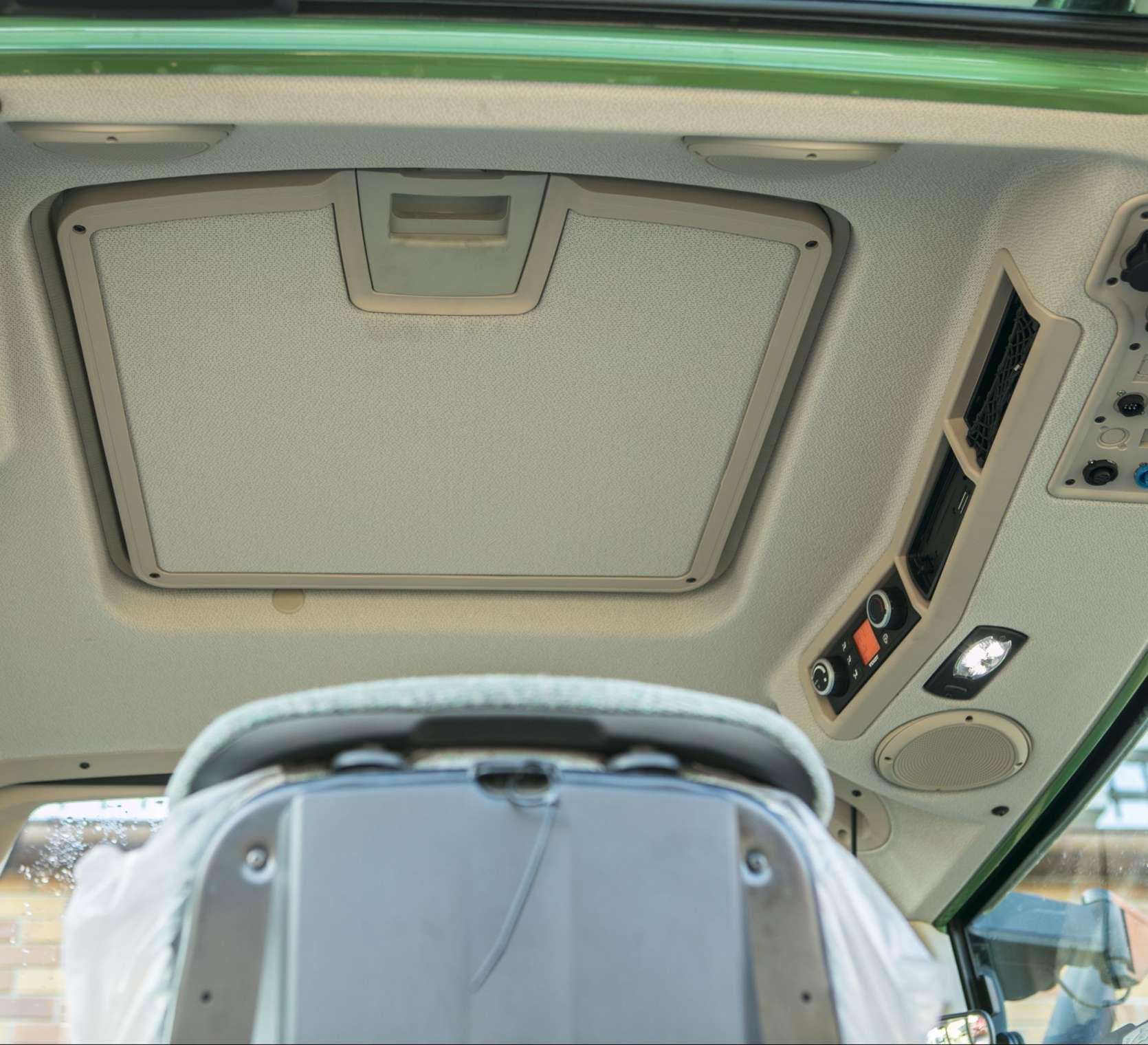 Dach wewnątrz kabiny ciągnika używanego fendt 514