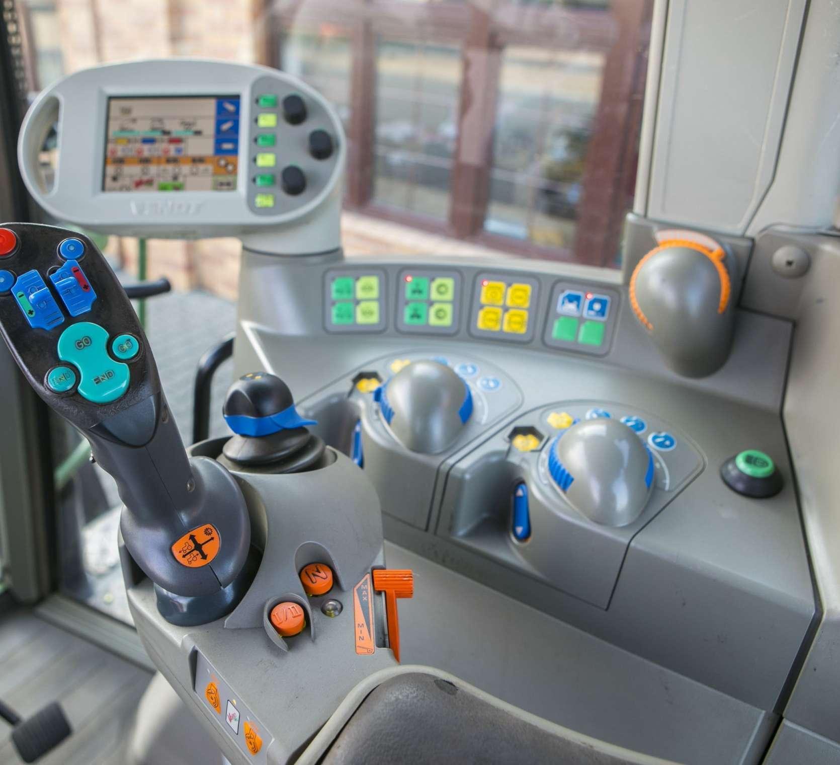 Wnętrze kabiny w ciągniku Fendt 716 Vario widok na wielofunkcyjny joystick i terminal kolorowy