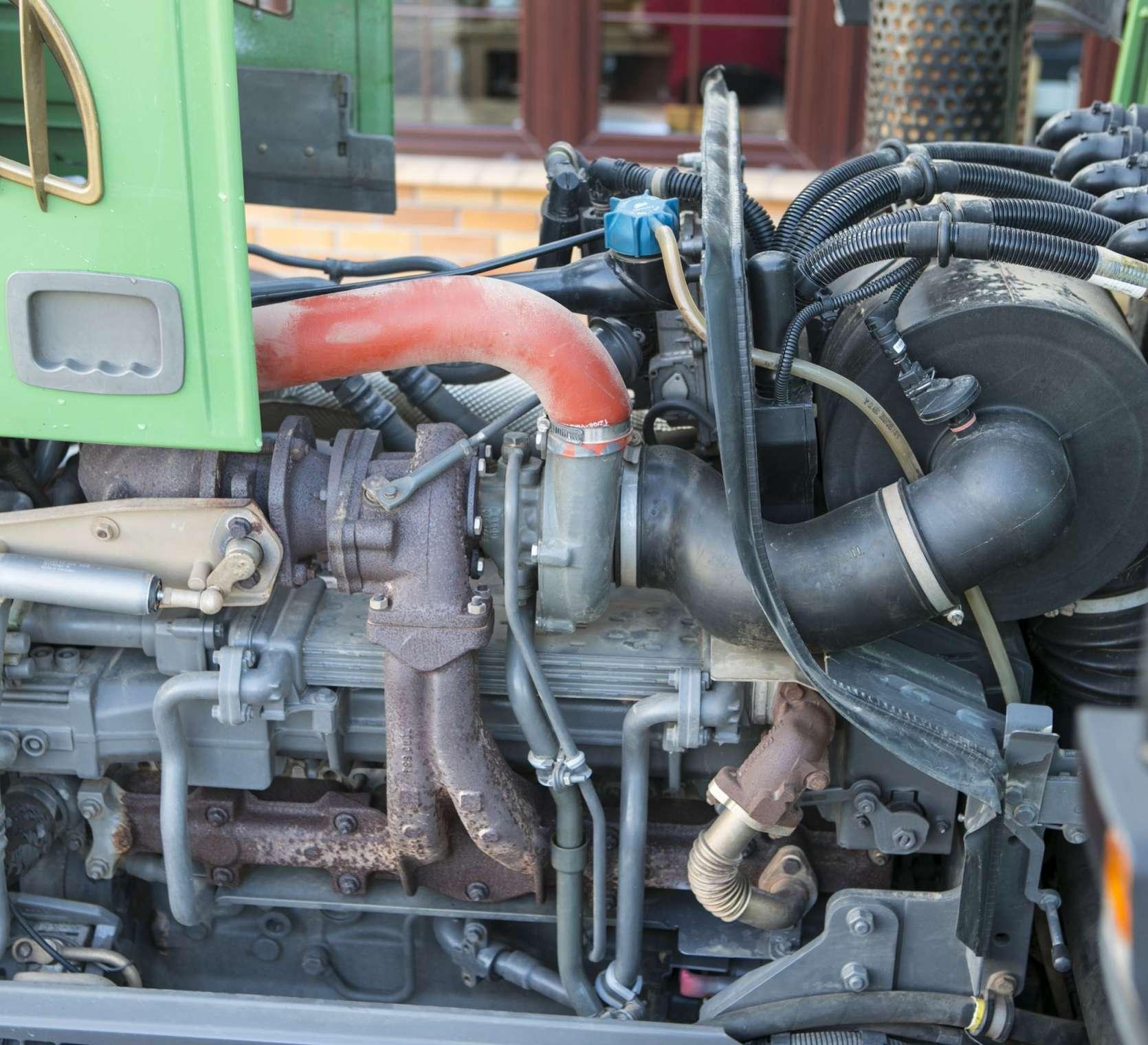 Silnik w uzywanym ciagniku Fendt 716 widok z lewej strony