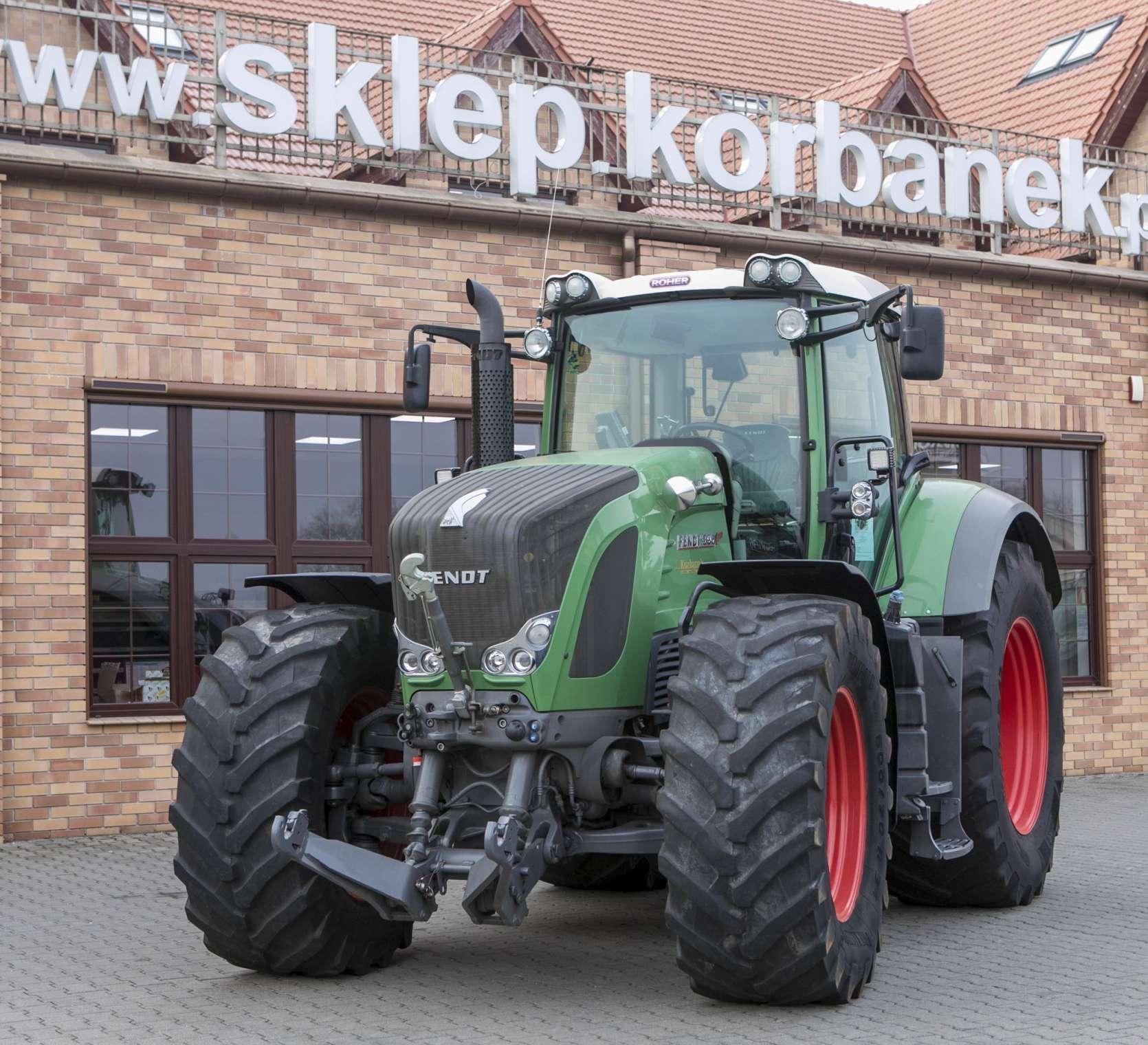 Traktor marki Fendt 936 z 2013 roku na tle sklepu Korbanek widok z przodu