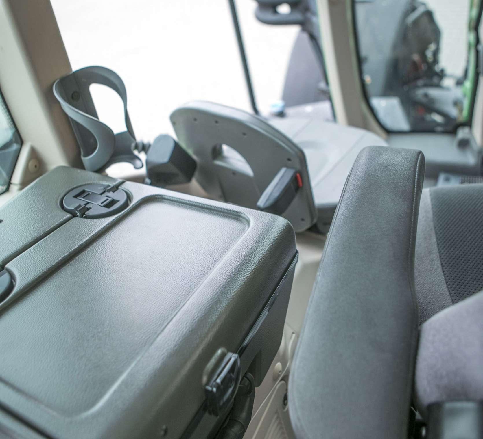 Skrzynka narzędziowa i podparcie foltela w ciągniku Fendt 936 widok z kabiny