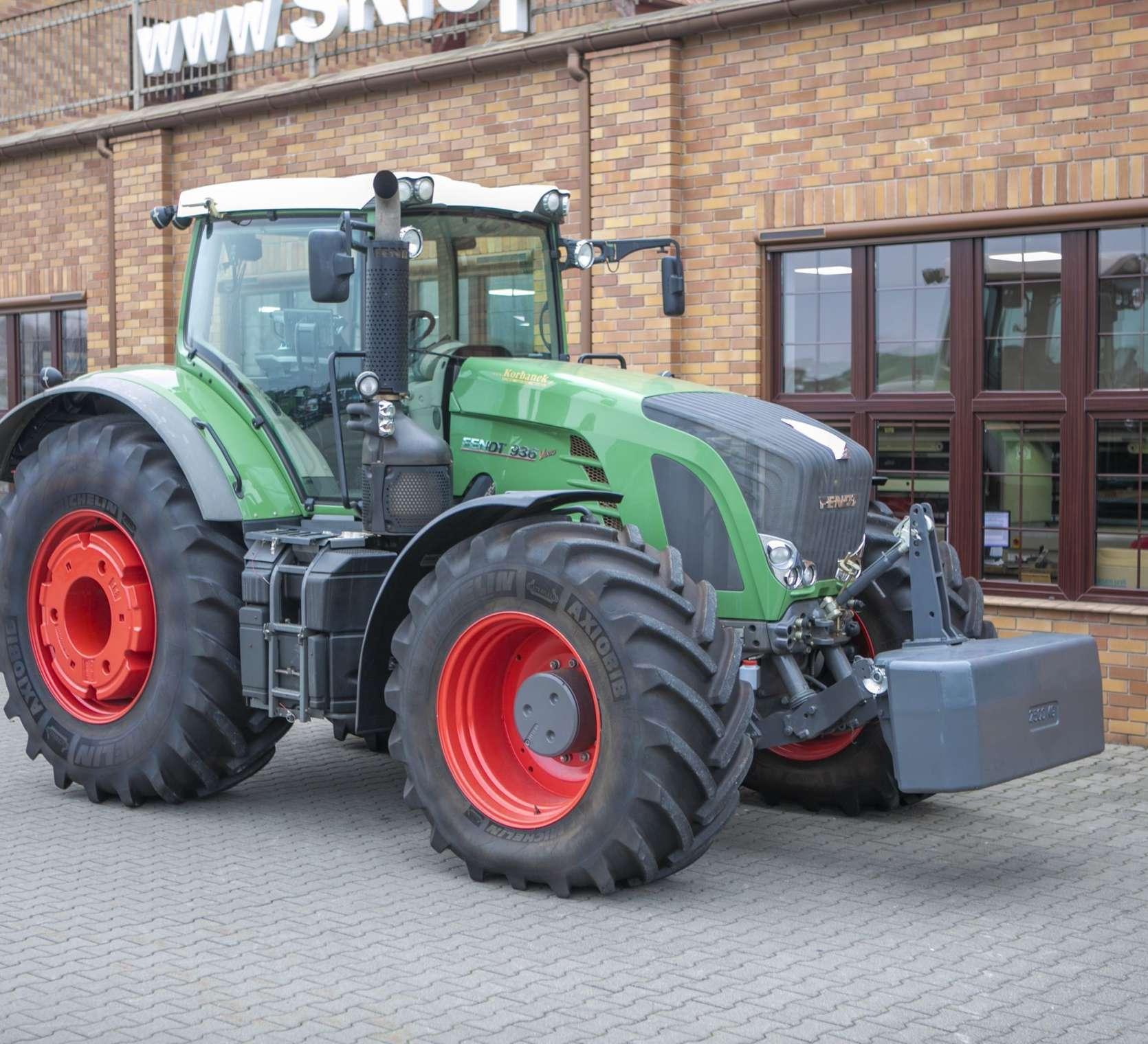 Zdjęcie prawego boku traktora Fendt 936 na tle sklepu www.korbanek.pl