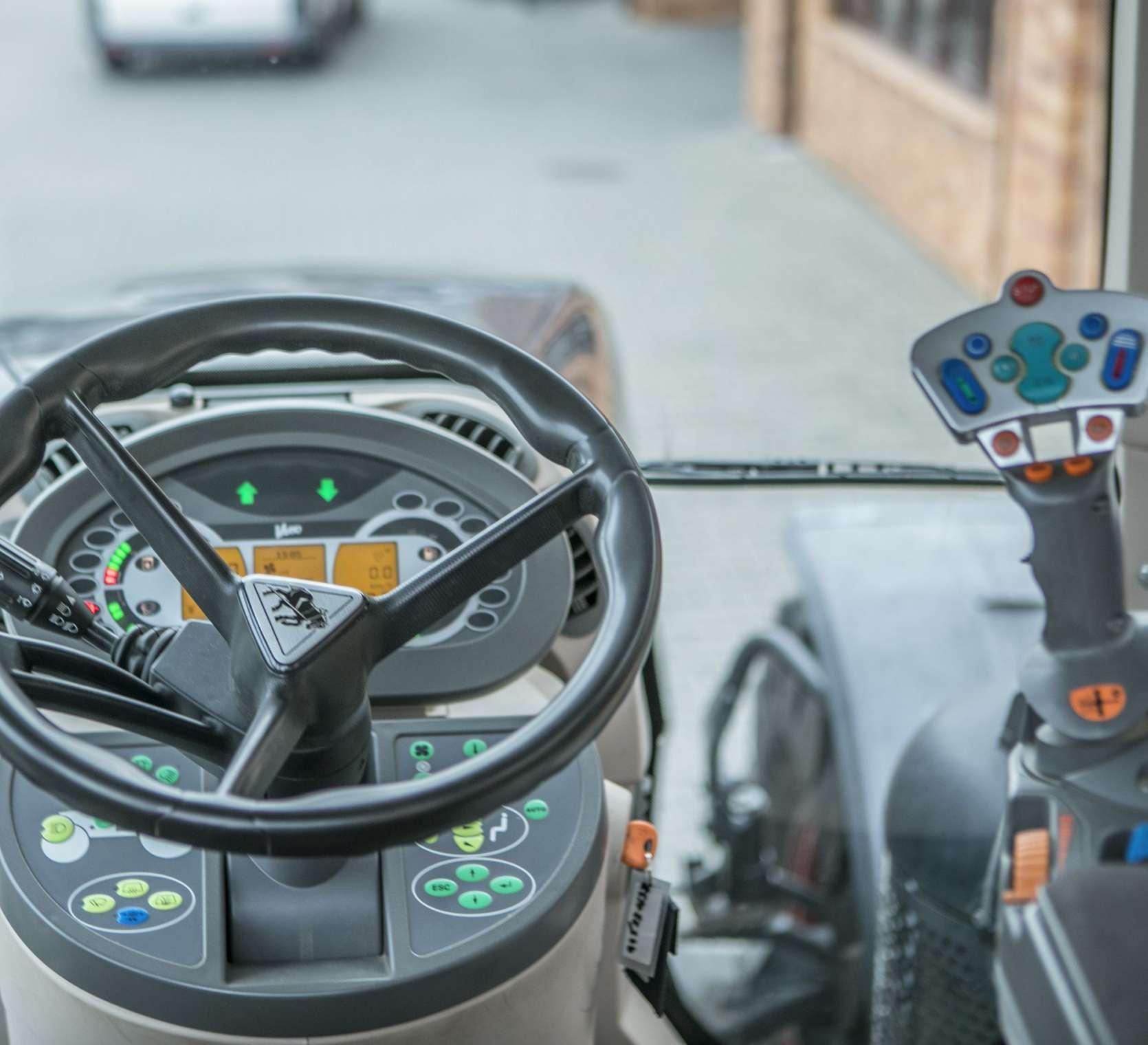 Kierownica , deska rozdzielcza i joystick wewnatrz kabiny ciagnika Fendt 936 z 2013 roku