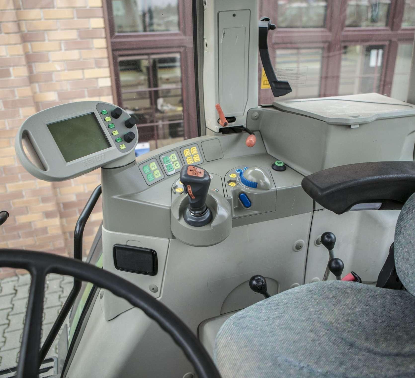 Panel starujący w używanym ciągniku Fendt 412