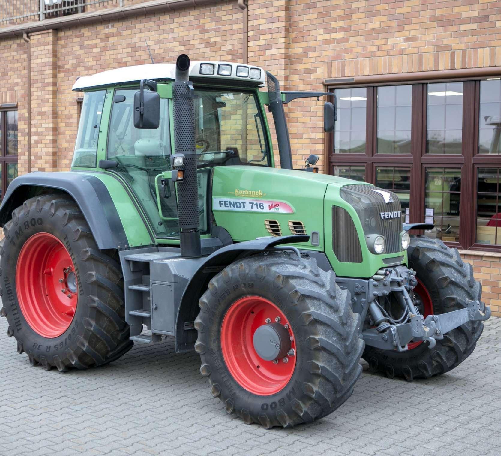 Traktor FENDT 716 vario, widok na bok i przód używanego ciągnika od korbanek.pl
