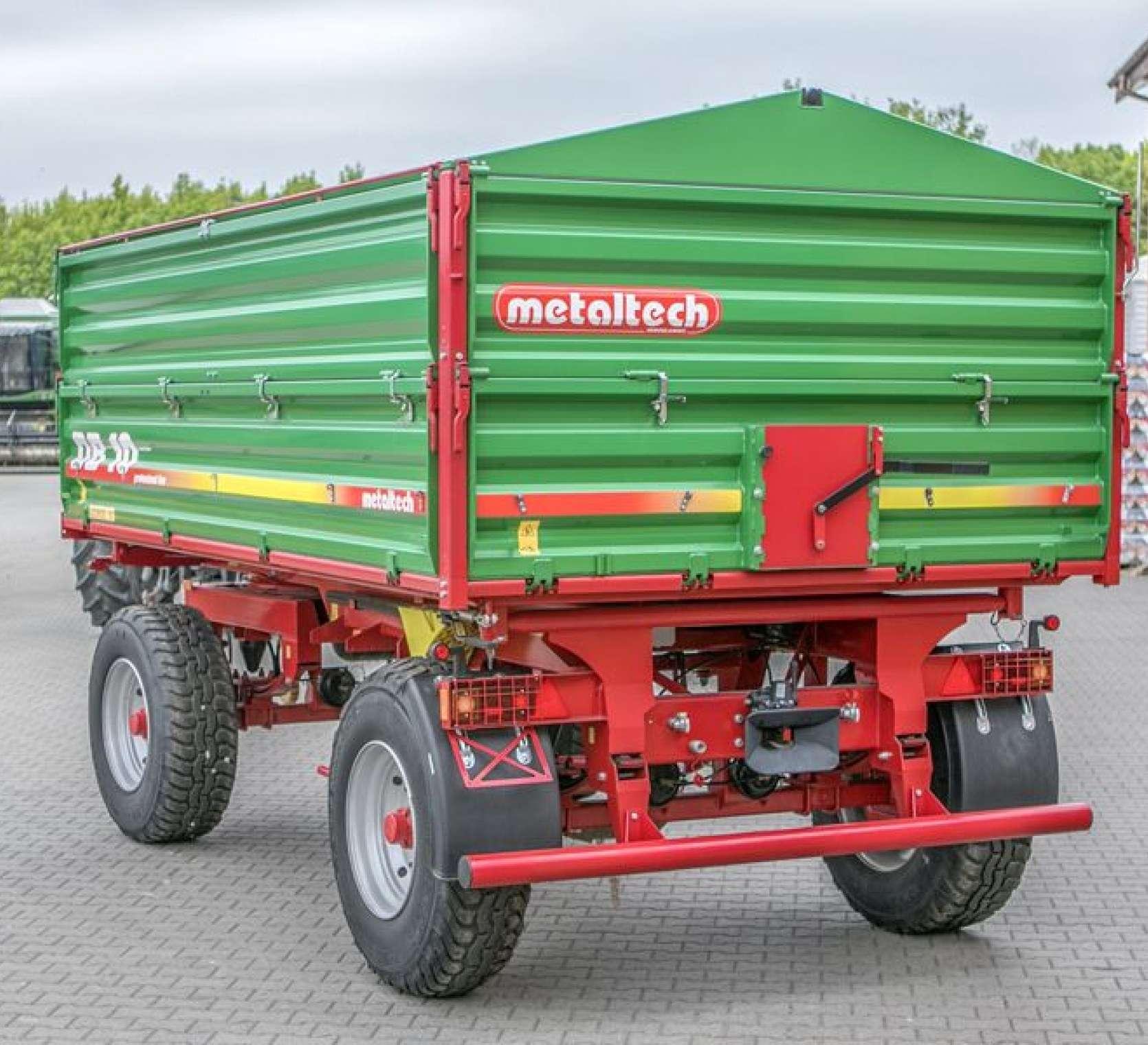 Przyczepa Metaltech DB 10000, skrzynia ładunkowa zielona, rama w kolorze czerwonym, pomost roboczy, tylne okno wysypowe. www.korbanek.pl