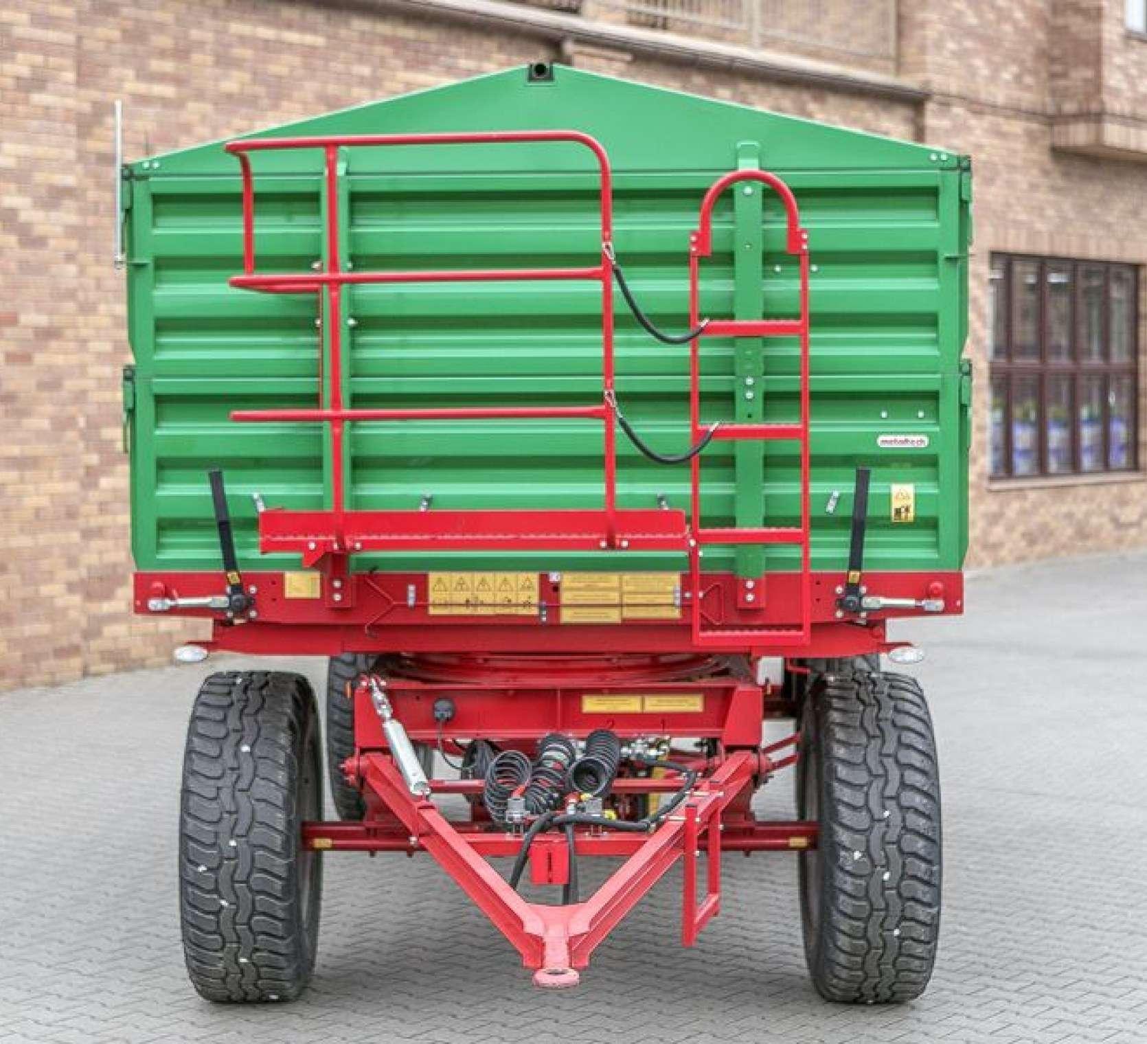 Przyczepa Metaltech DB 10000, skrzynia ładunkowa zielona, rama w kolorze czerwonym, pomost roboczy premium, dyszel zaczepowy. www.korbanek.pl