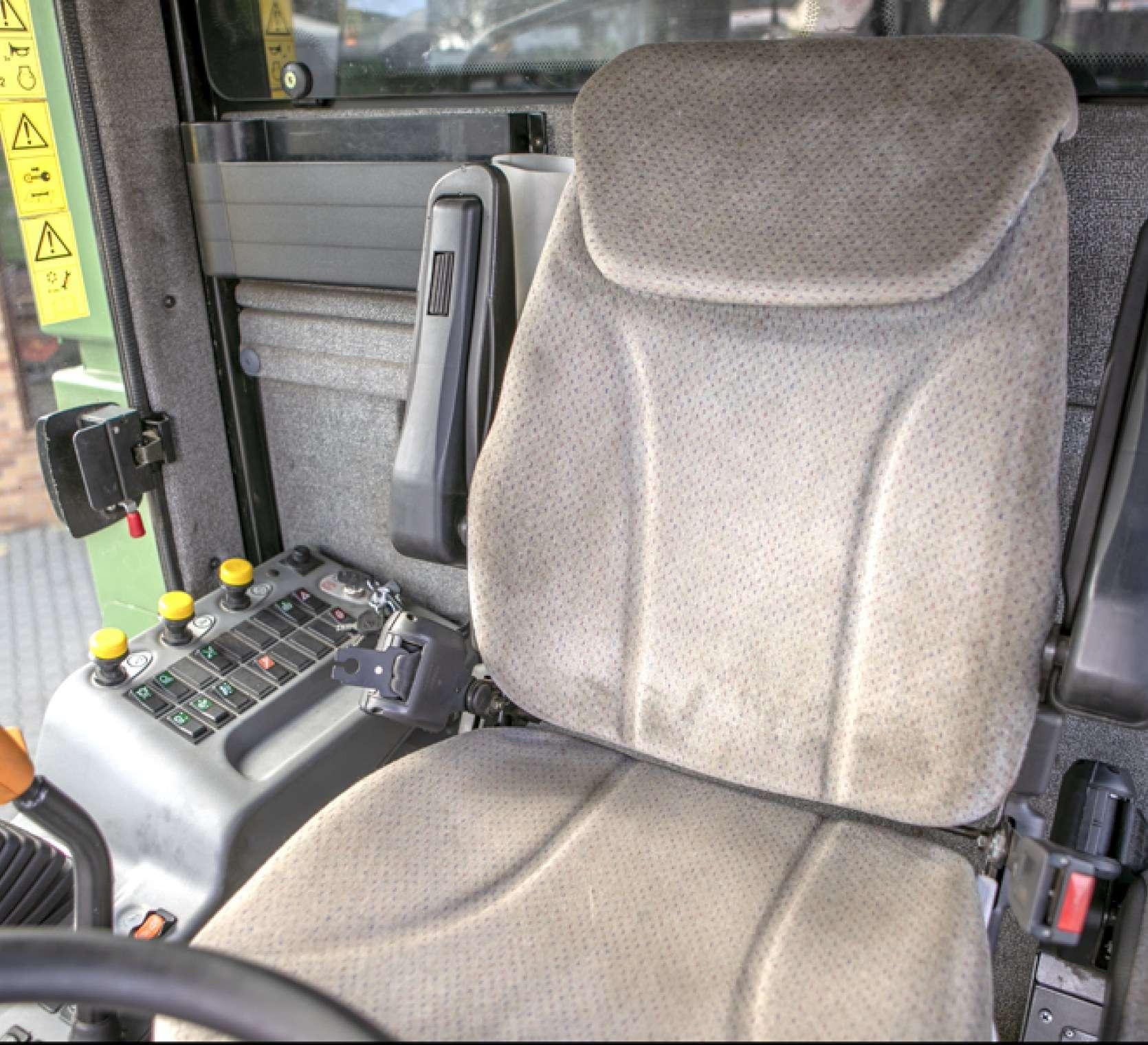 Fotel operatora w kombajnie używanym FENDT 5220 E, oferowanym przez korbanek.pl.